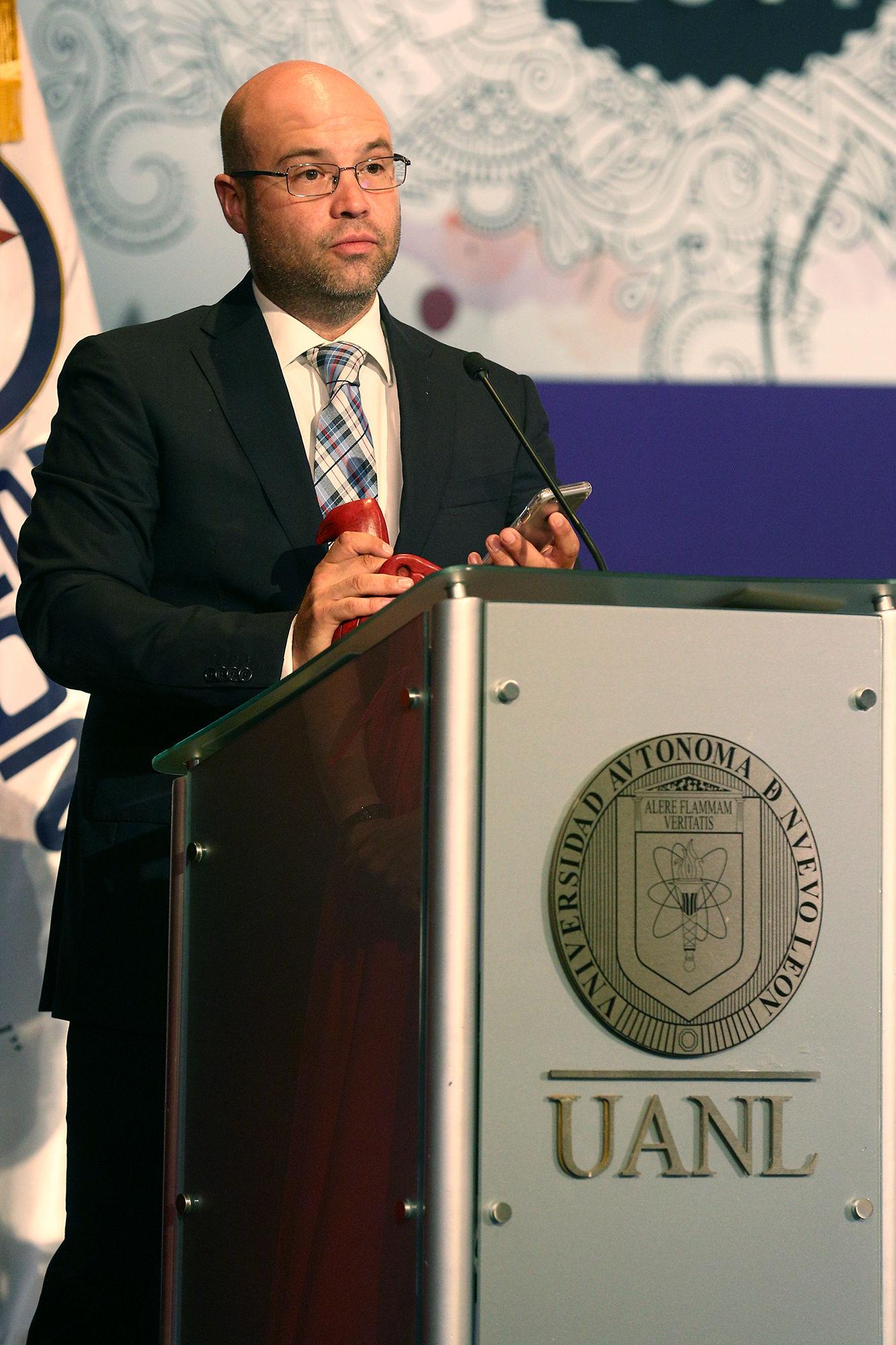 Artículo de opinión/Fondo, recibe el premio Rafael E. De Hoyos