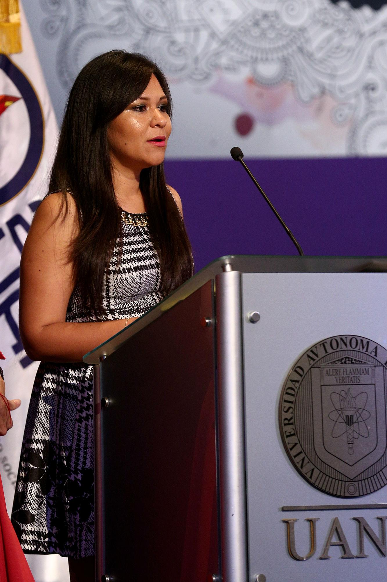 Hérika Martínez Prado da su mensaje tras recibir el premio en la categoría de Entrevista