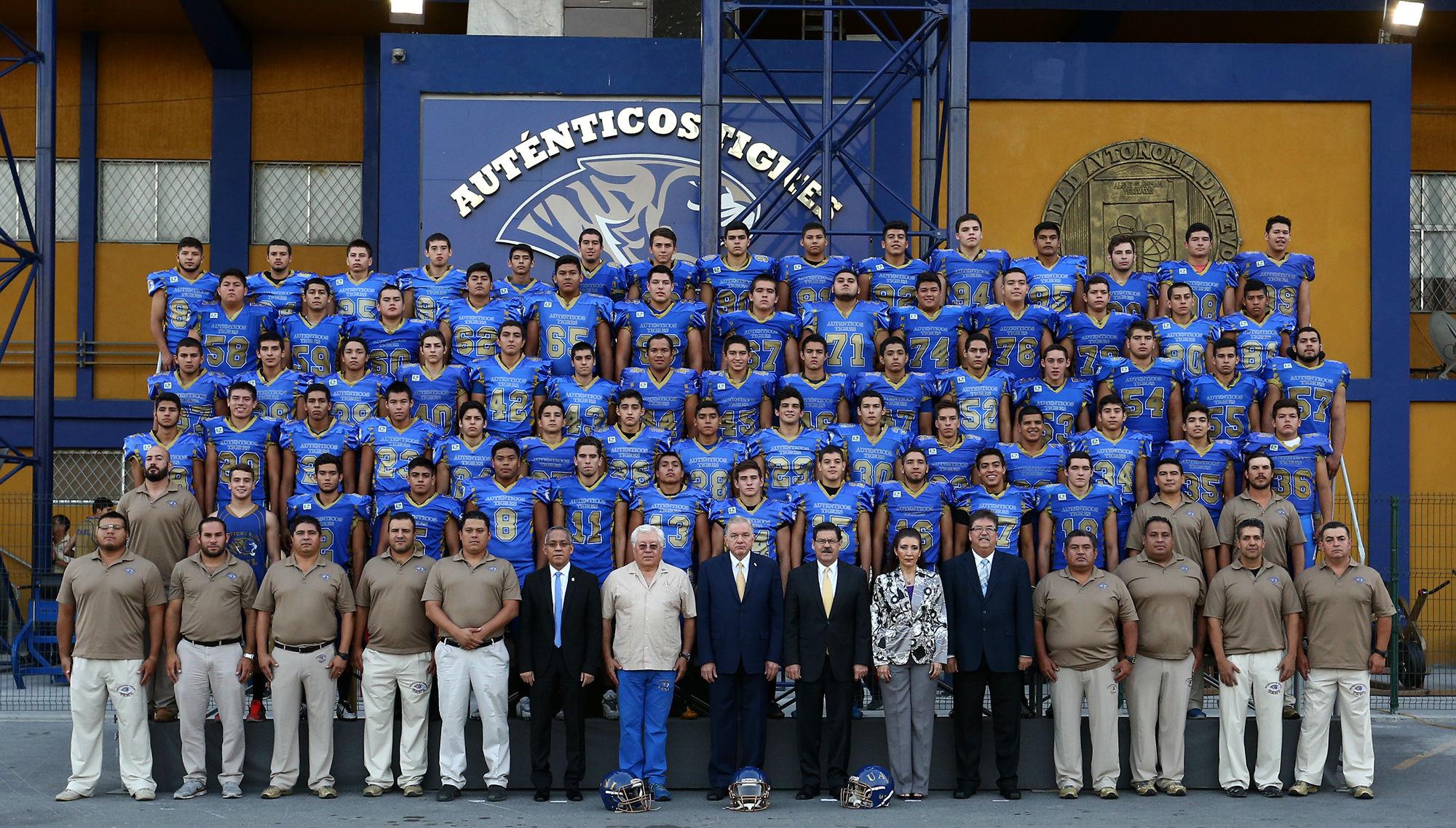 El equipo de Auténticos Tigres categoría juvenil, se tomó la fotografía oficial en el Estadio Raymundo