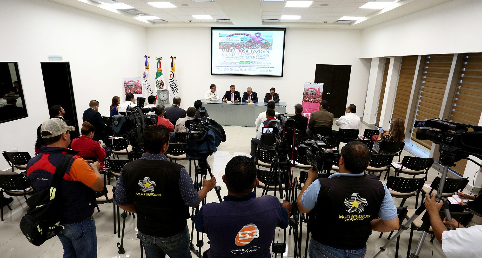 La rueda de prensa fue presidida por el delegado del IMSS en Nuevo León, Francisco Javier Mata Rojas y el rector de la UANL