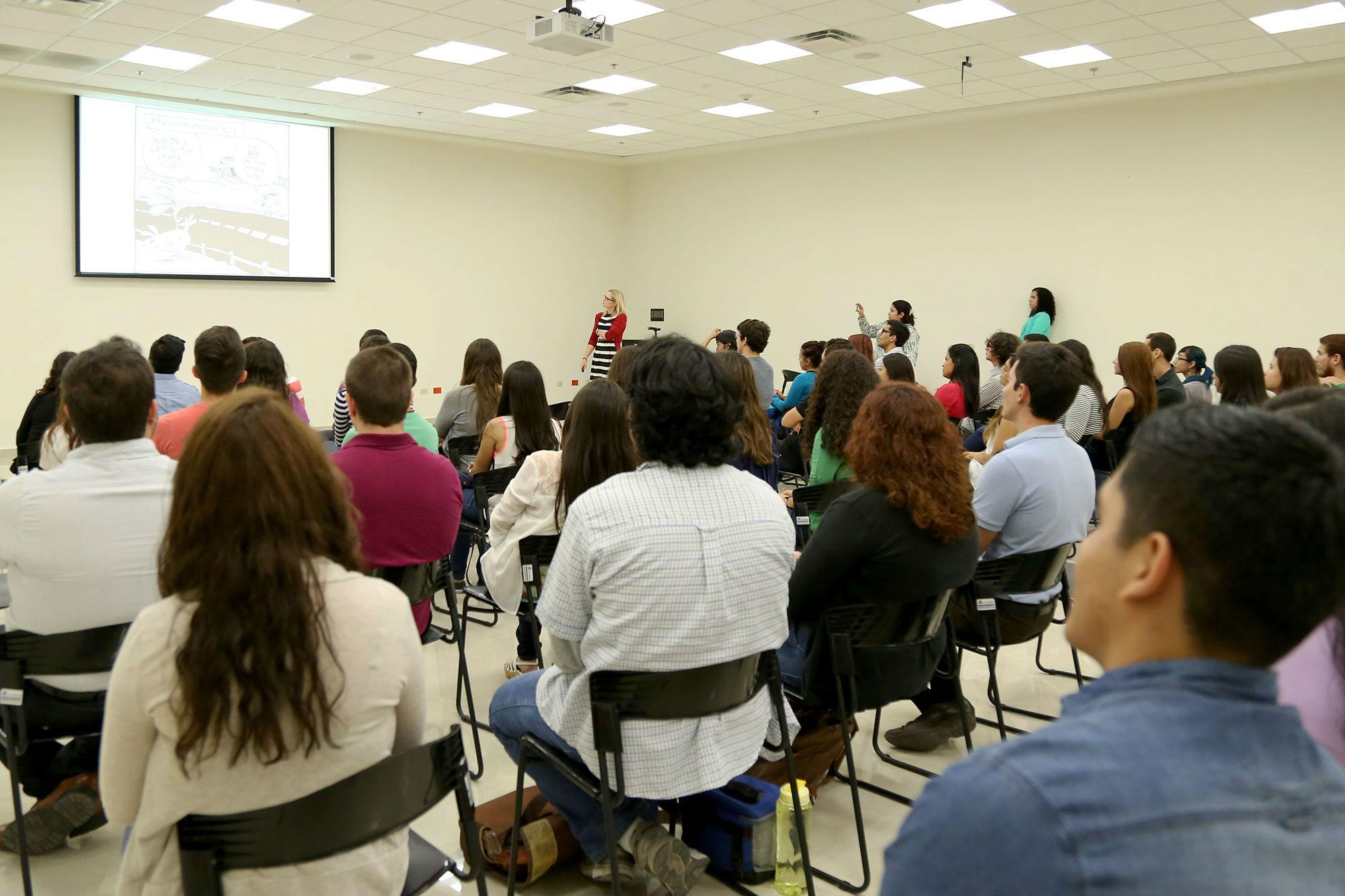 Estudiantes candidatos a irse de intercambio académico, asistieron a una charla impartida por la maestra Marika Antikainen