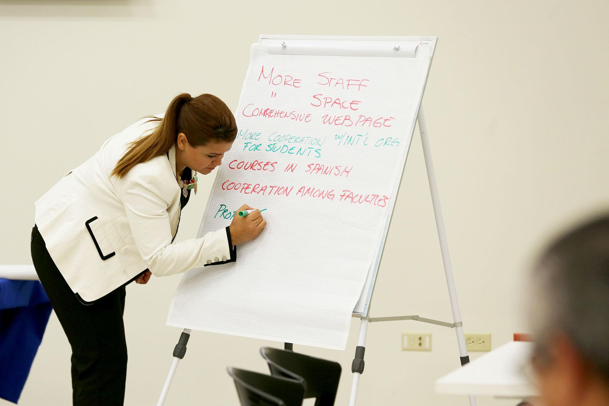 Los equipos de trabajo realizaron una lluvia de ideas para mejorar el intercambio cultural