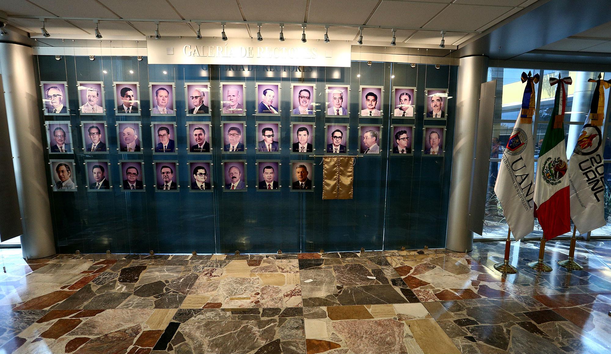 La Galería de Rectores se encuentra en el vestíbulo de la Torre de Rectoría