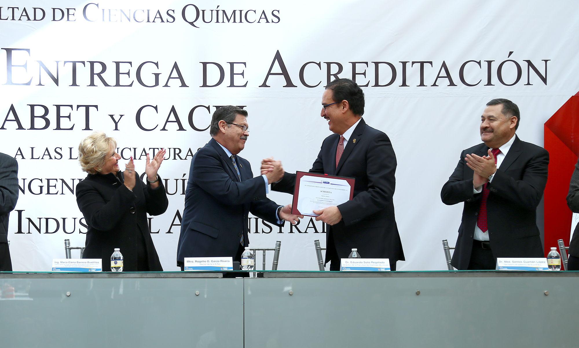 Entrega de la acreditación al director de la Facultad de Ciencias Químicas