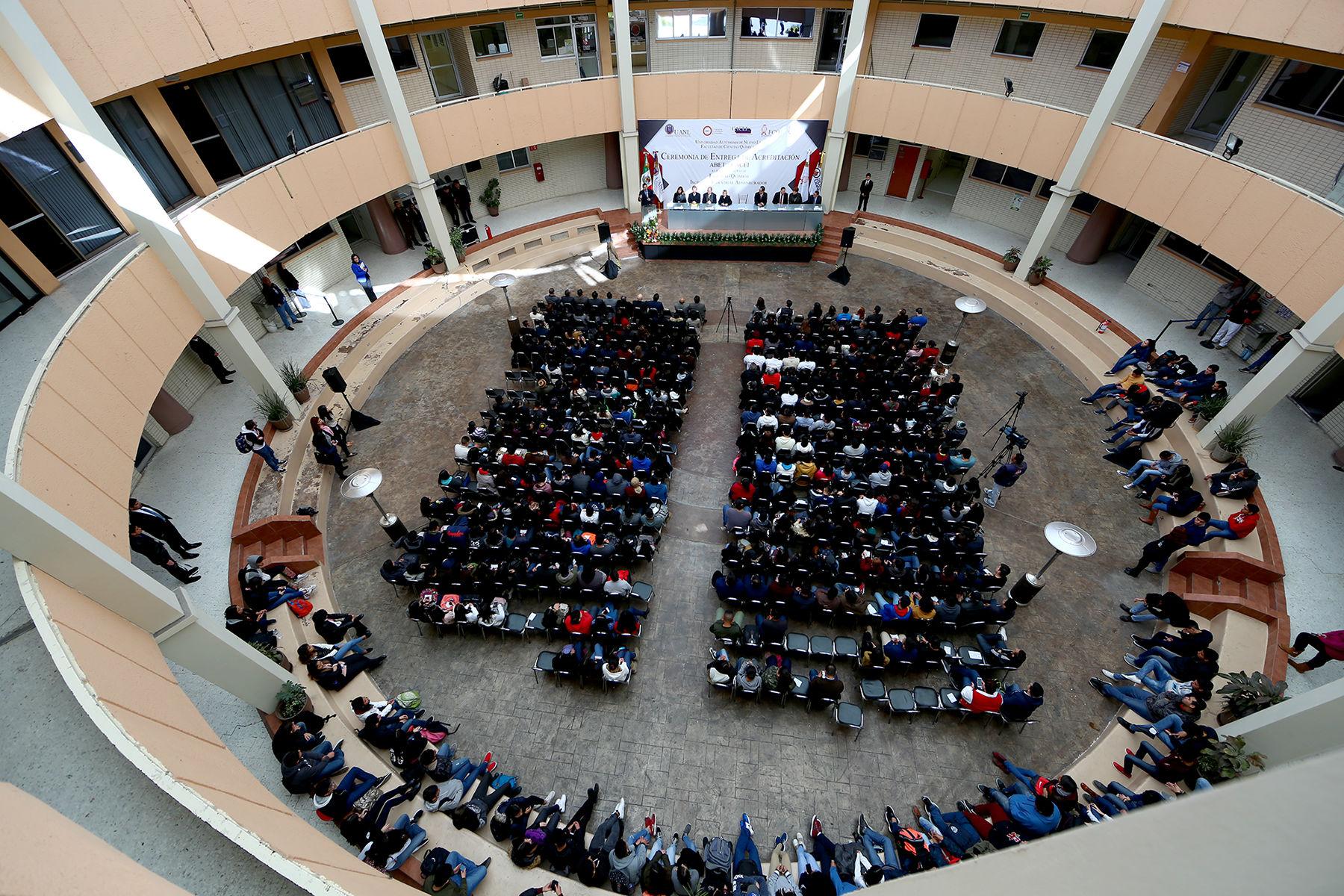 La ceremonia se llevó a cabo en el forum de la Facultad de Ciencias Químicas