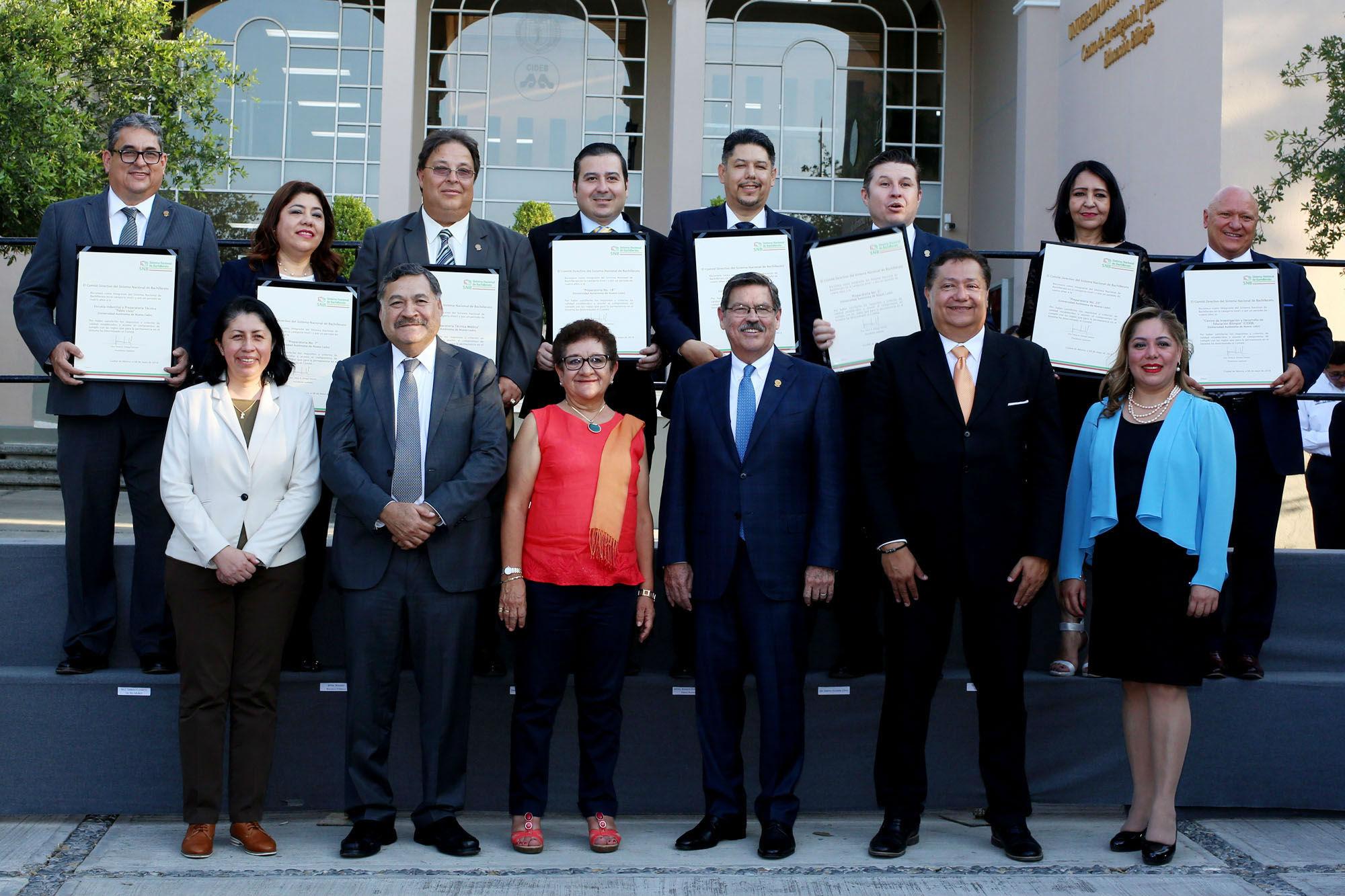 Fotografía grupal de los reconocidos