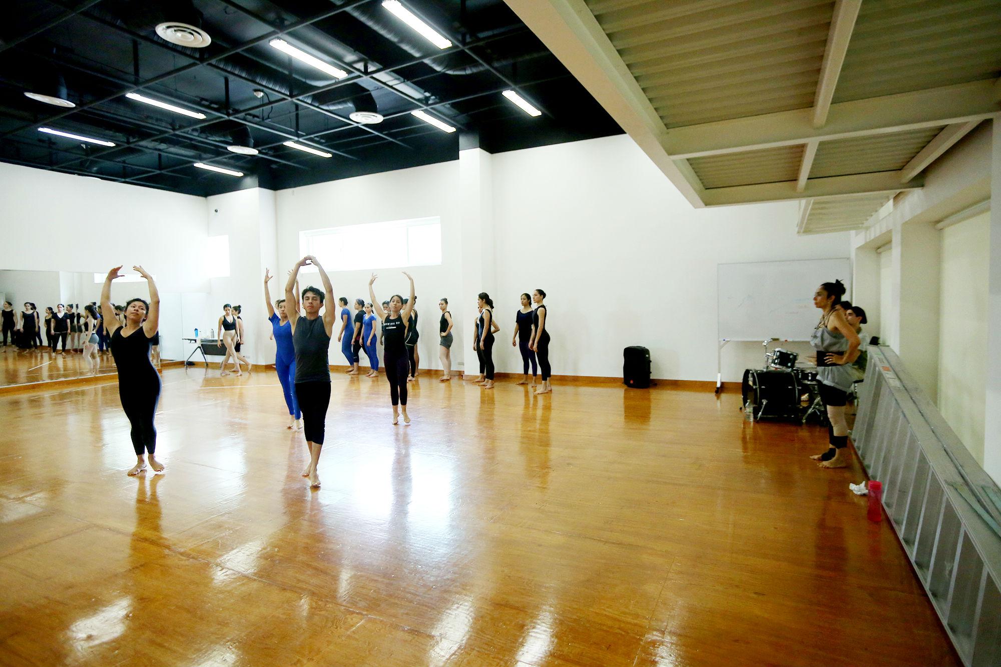 Estudiantes de Danza Contemporánea en la Facultad de Artes Escénicas