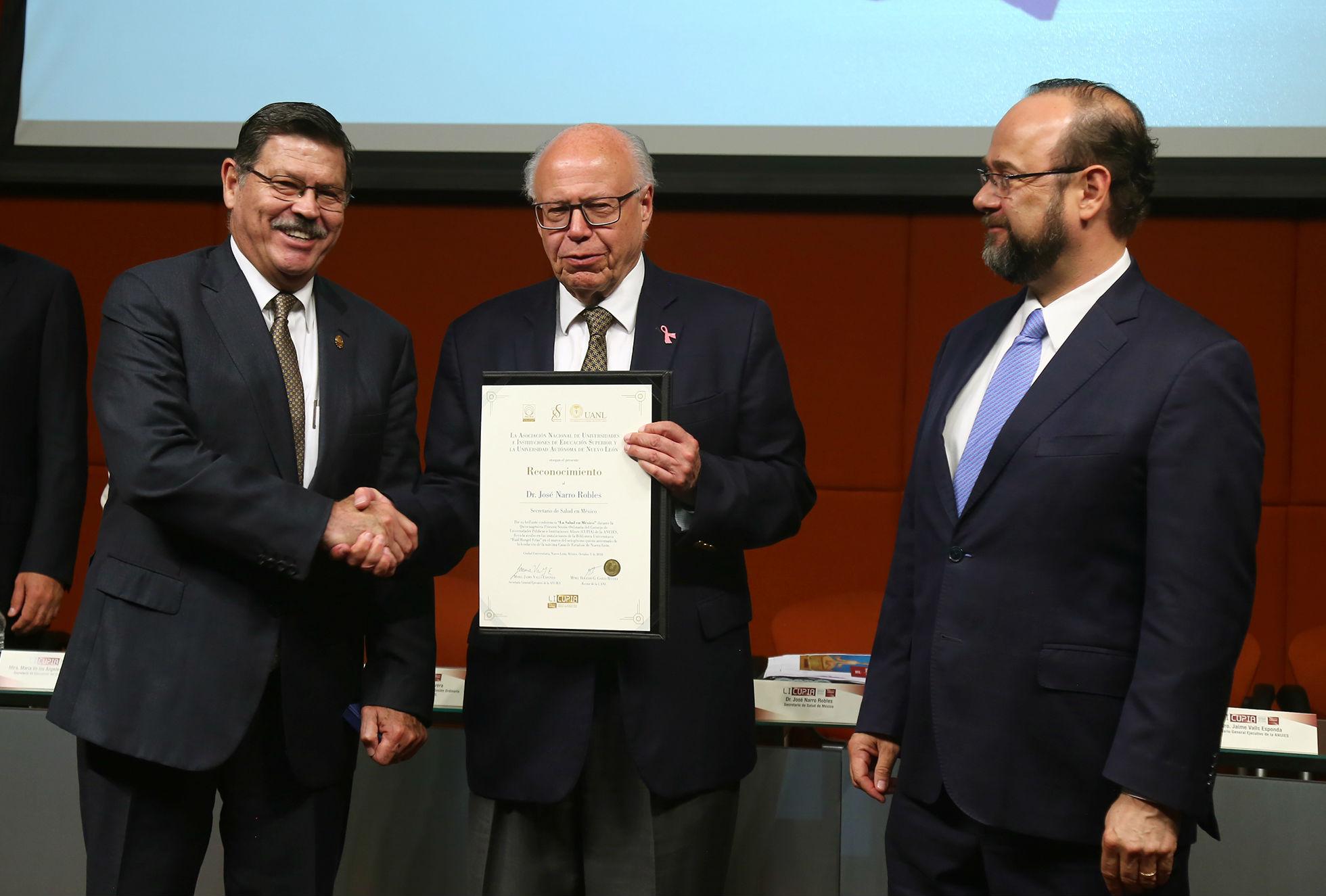El Rector de la UANL, Rogelio Garza Rivera le entregó un reconocimiento a José Narro Robles