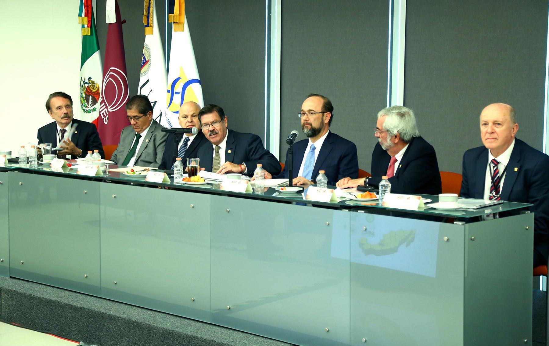 El grupo de rectores está encabezado por el anfitrión Rogelio Garza Rivera, así como por Enrique Graue, de la UNAM; Miguel Ángel
