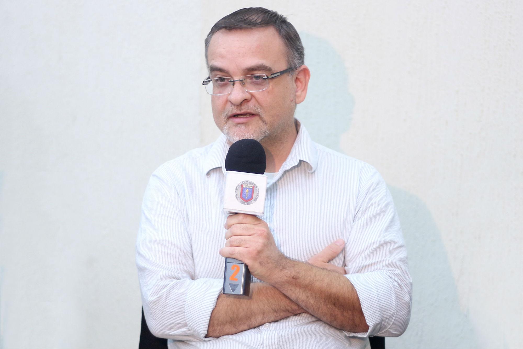 Roberto Carlos Flores platicó de su obra, De la Minas a la Montaña
