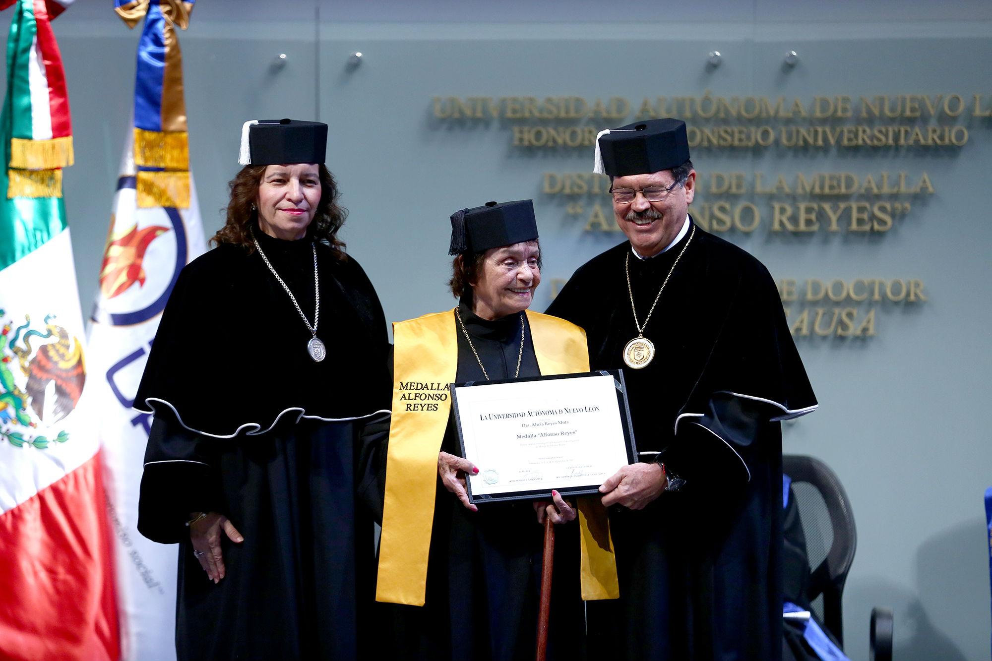 Reconocimiento que avala la Medalla Alfonso Reyes a la nieta del Regiomontano universal