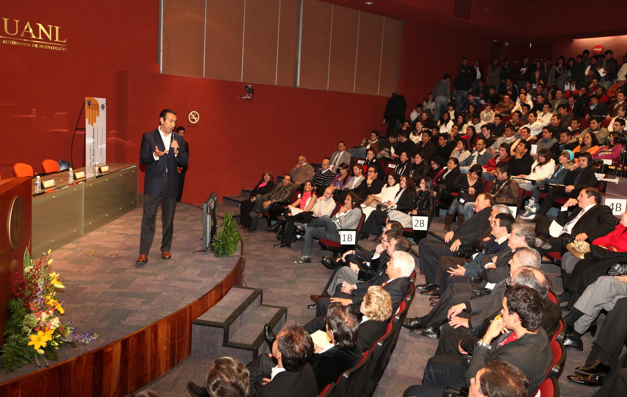 Bernardo Angulo en su conferencia