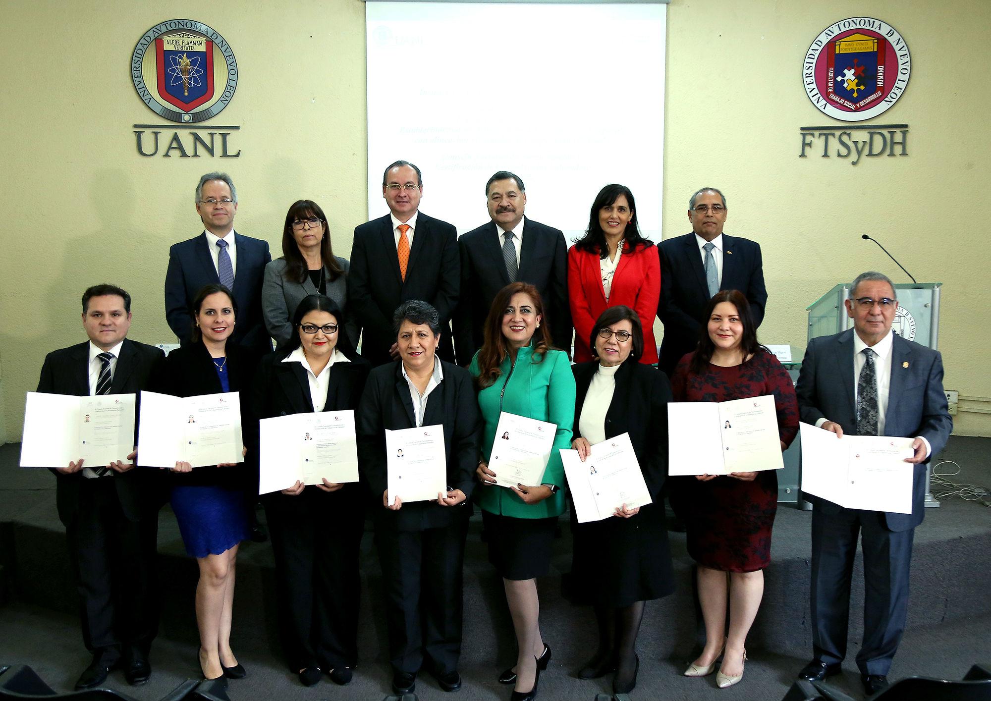 Los especialistas certificados y el presídium encabezado por el secretaria académico Santos Guzmán López
