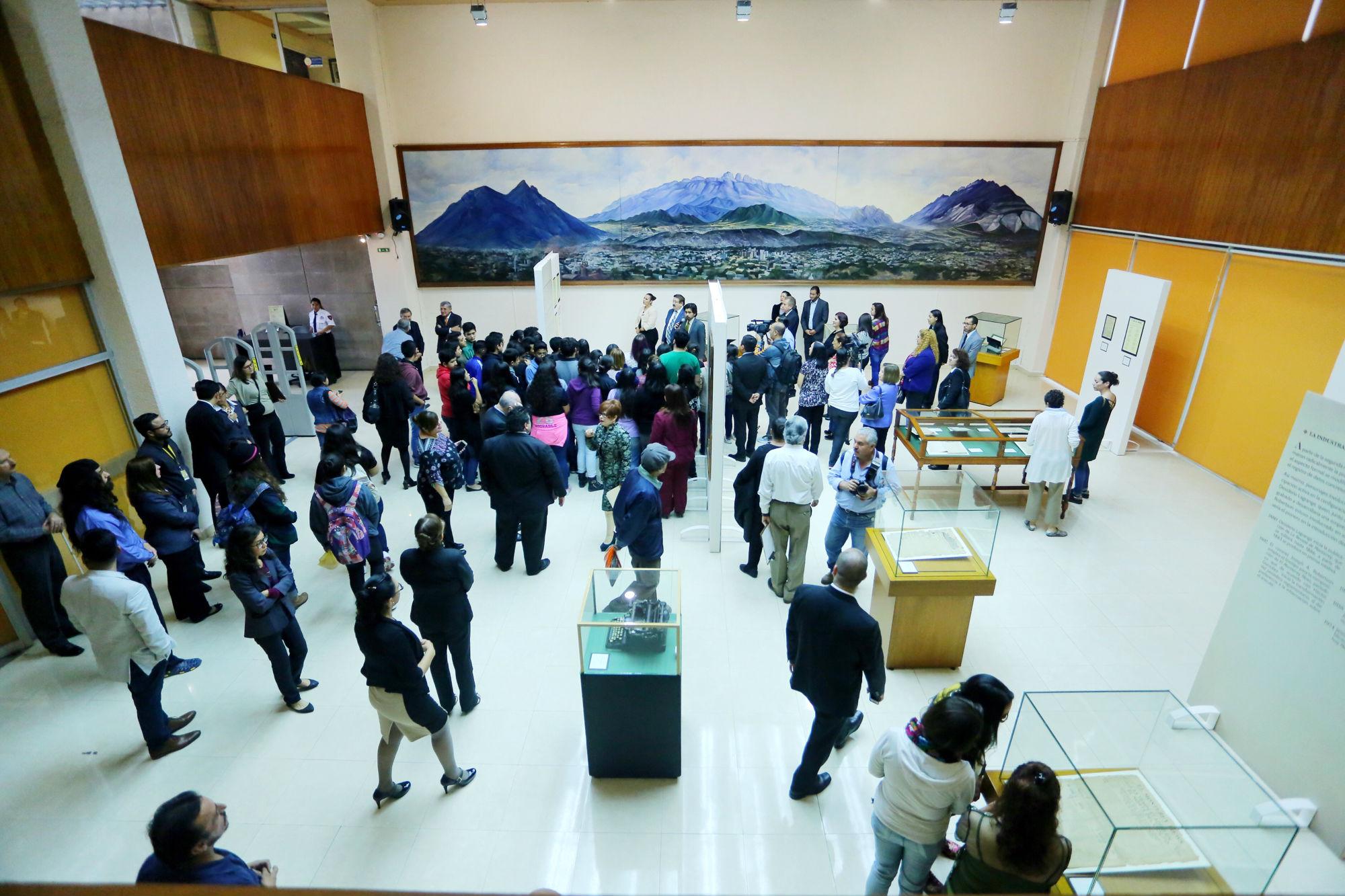 La exhibición se encuentra en el vestíbulo de la Capilla Alfonsina Biblioteca Universitaria