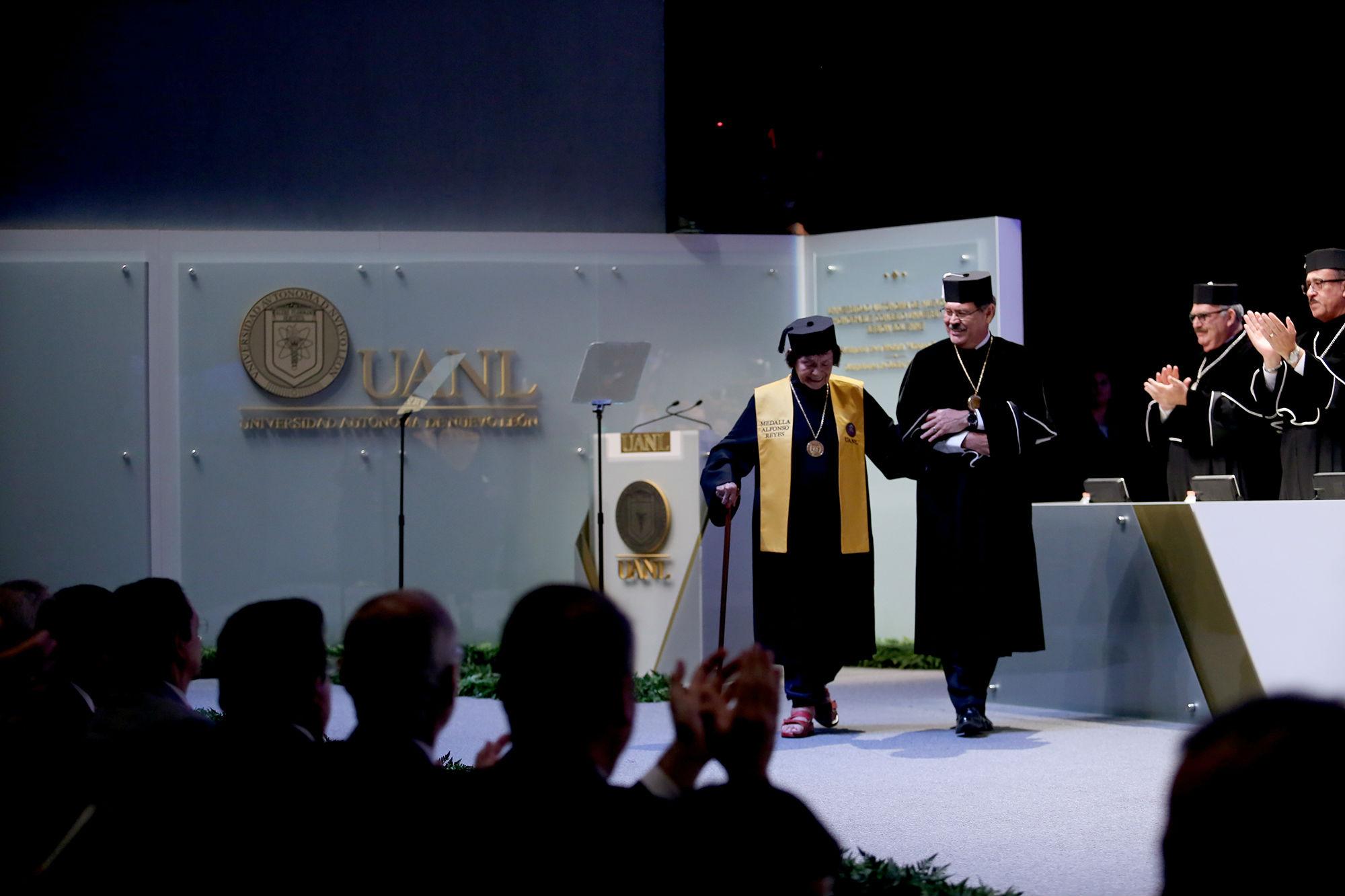 La escritora Alicia Reyes Mota recibió la medalla Alfonso Reyes, por su entrega y compromiso con las letras de México