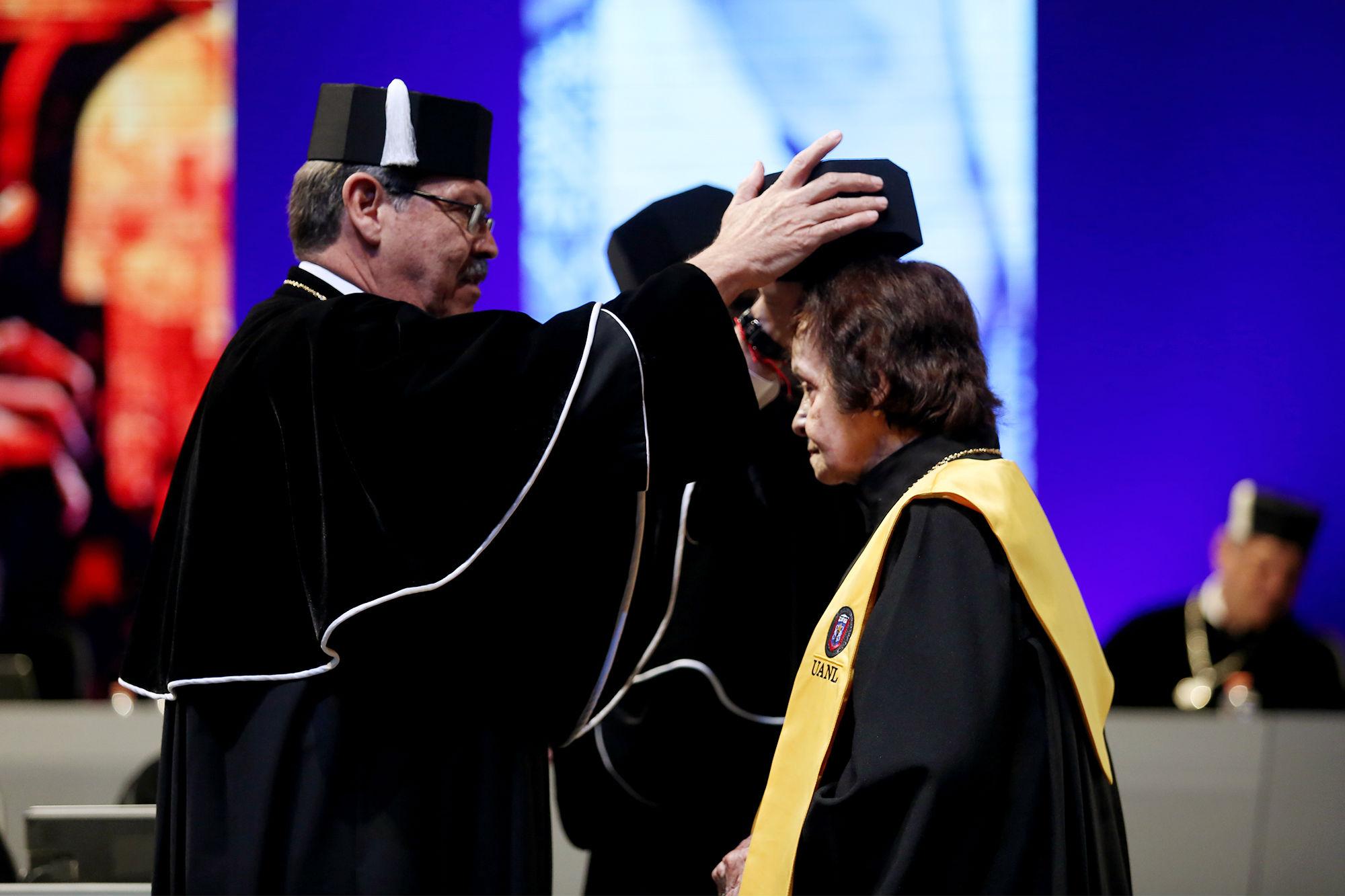 Colocación del birrete a la acreedora de la Medalla Alfonso Reyes