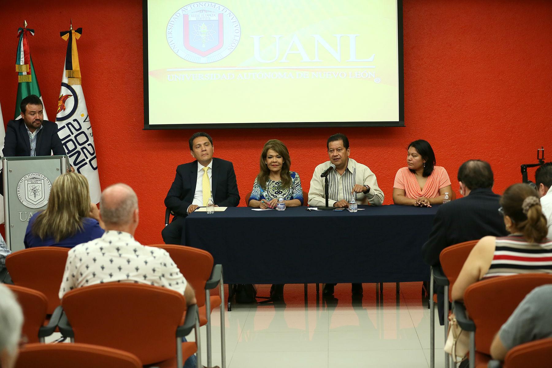 El diálogo se llevó a cabo en la Sala de Usos Múltiples de la Biblioteca Universitaria Raúl Rangel Frñias