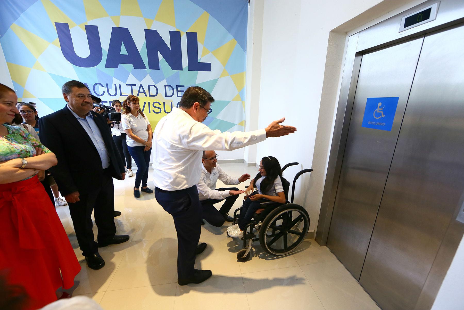 En el edificio está instalado un elevador para las personas que lo necesiten