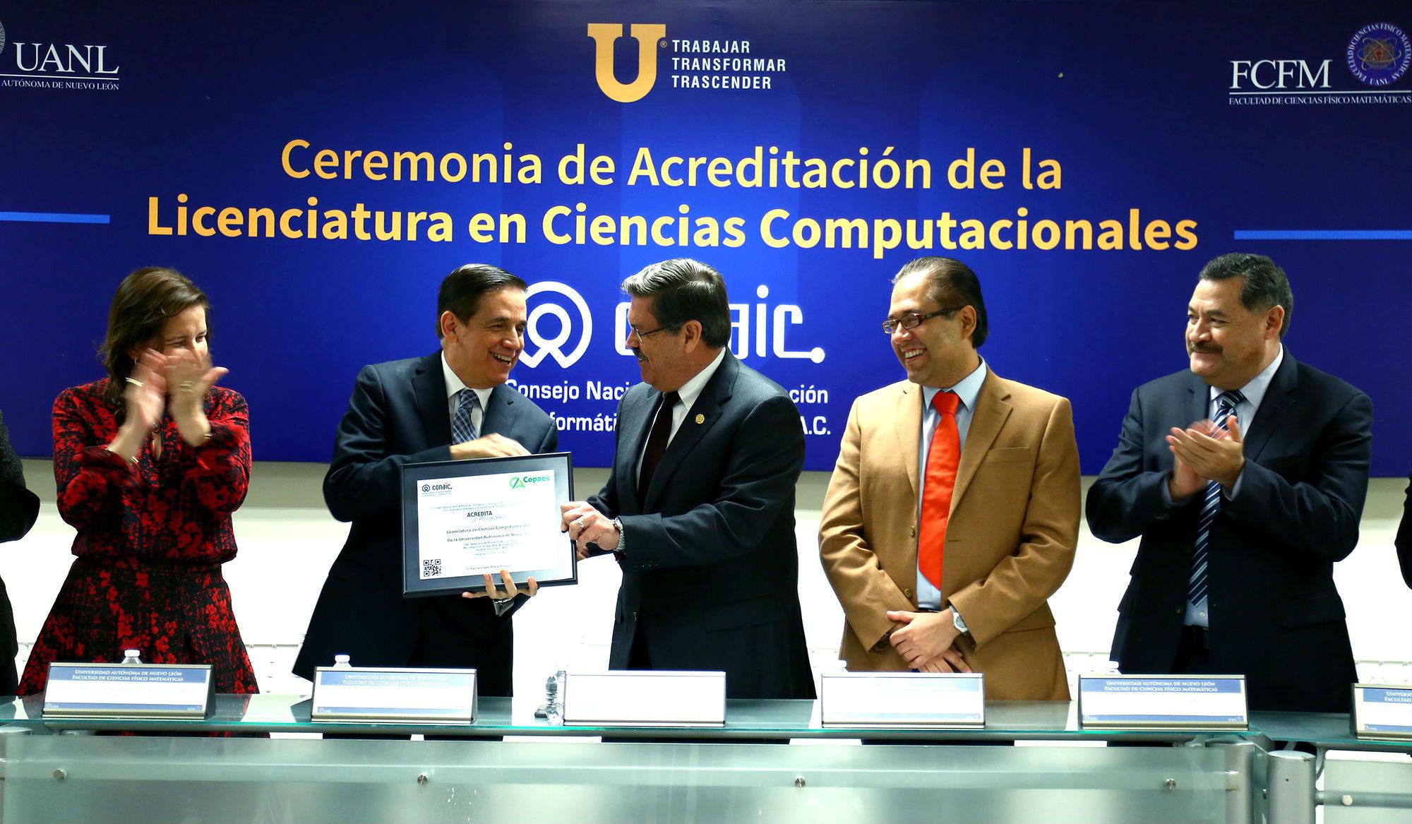 Entrega de la acreditación al Director de la Facultad de Ciencias Físico Matemáticas