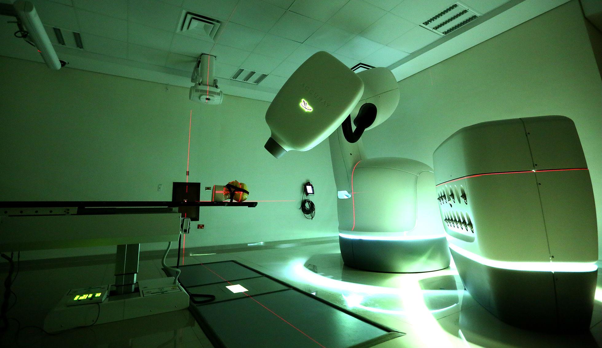 Equipo de alta tecnología en el tratamiento de cáncer