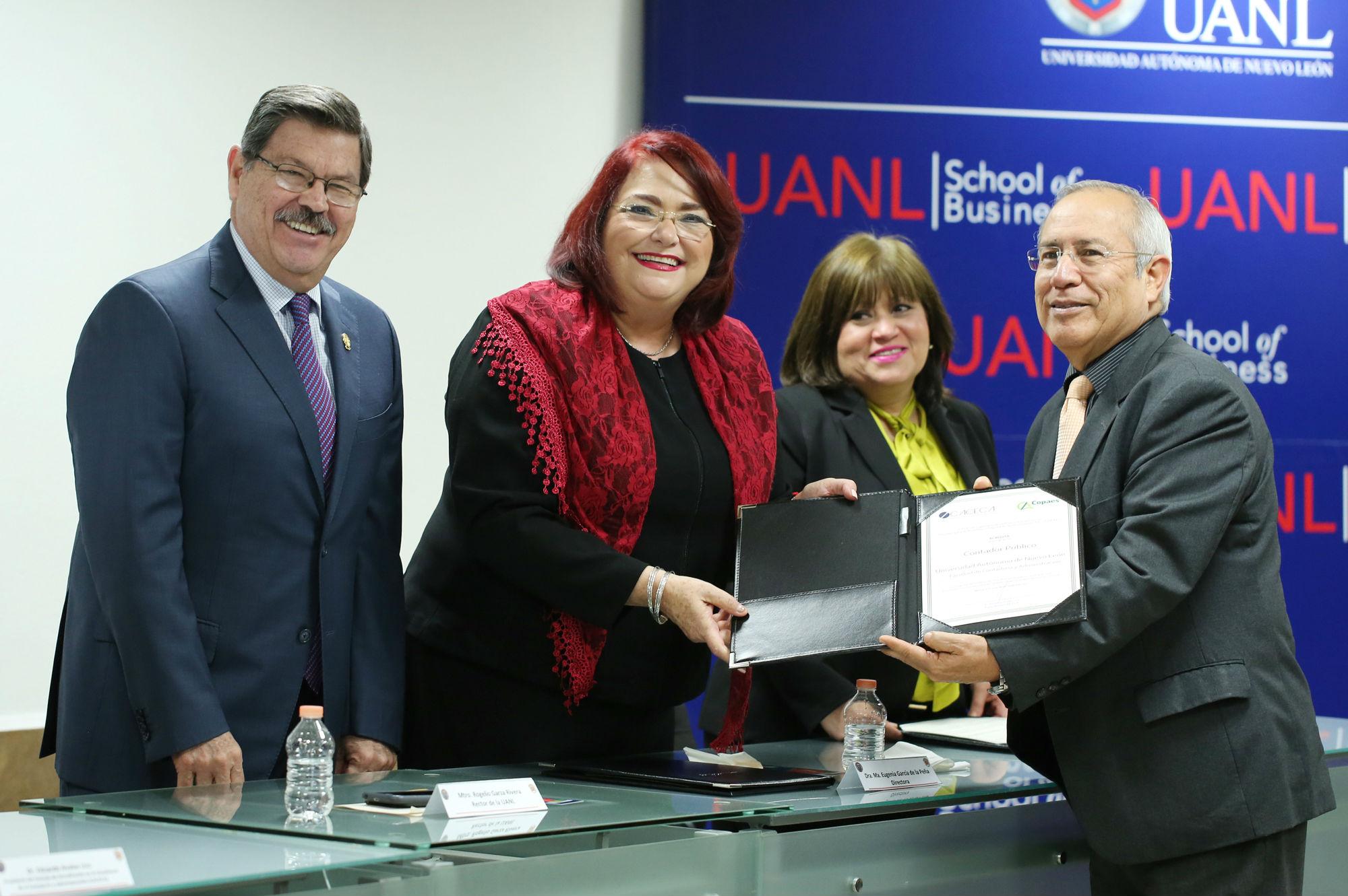 Entrega de la acreditación nacional al programa de Contador Público