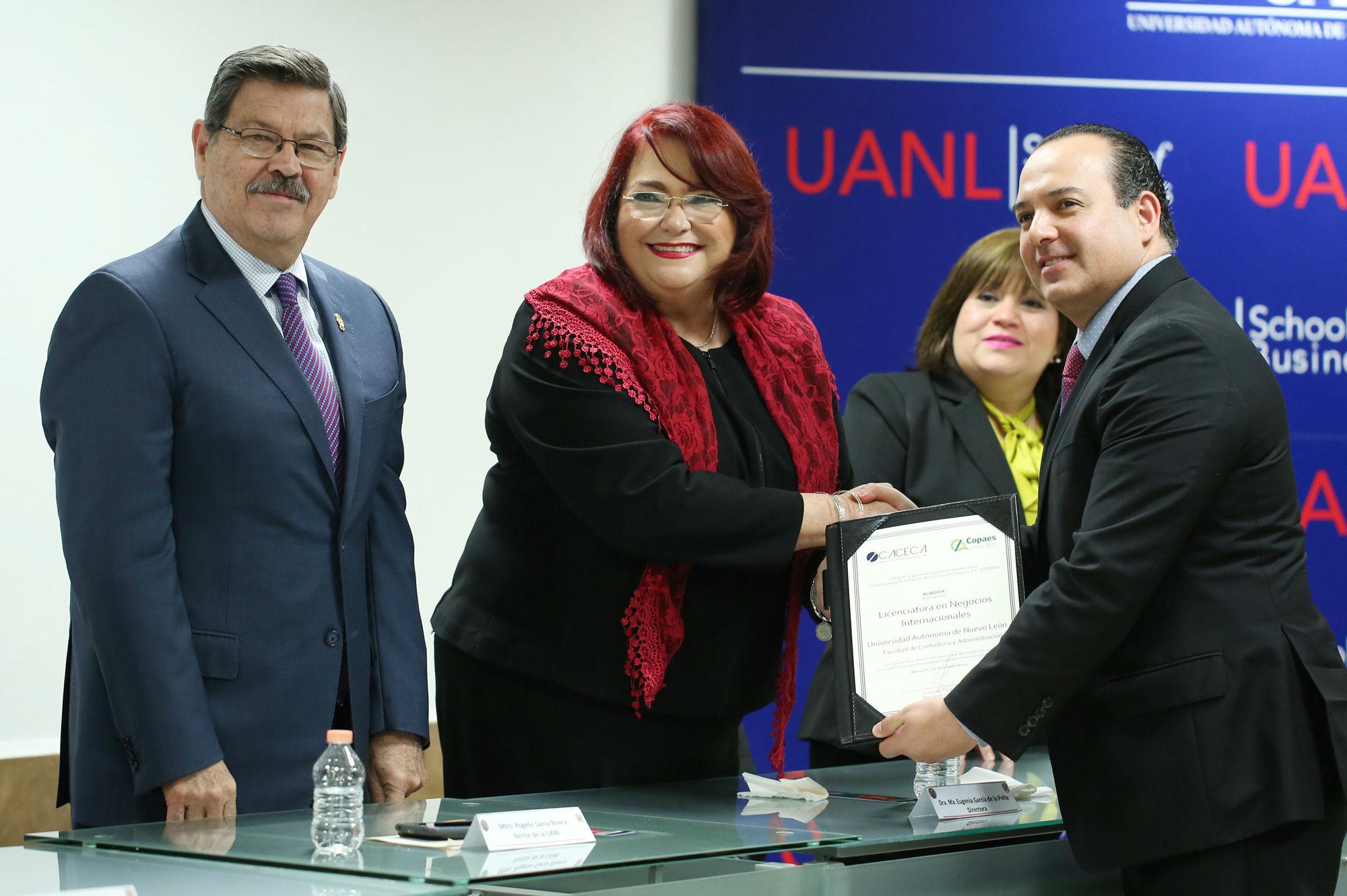 Entrega de la acreditación nacional a la Licenciatura en Negocios Internacionales