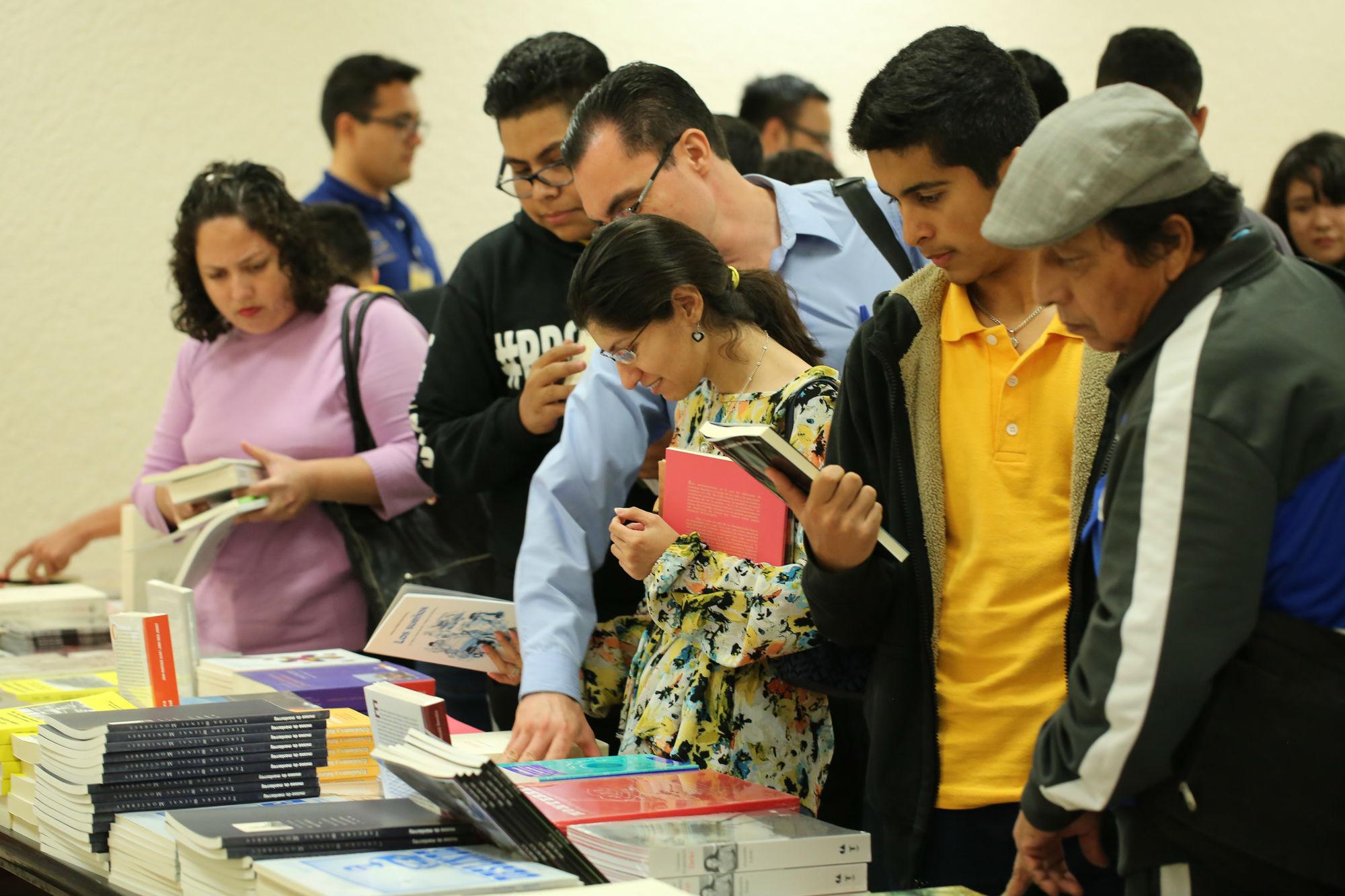 Se regalaron libros a los asistentes así como se pusieron algunos a la venta