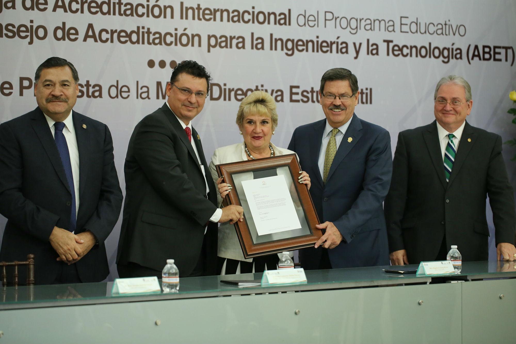 Entrega de la acreditación internacional