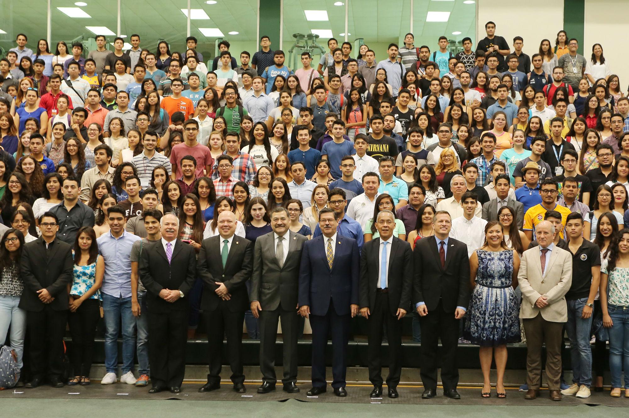 Fotografía grupal al finalizar la ceremonia de inauguración