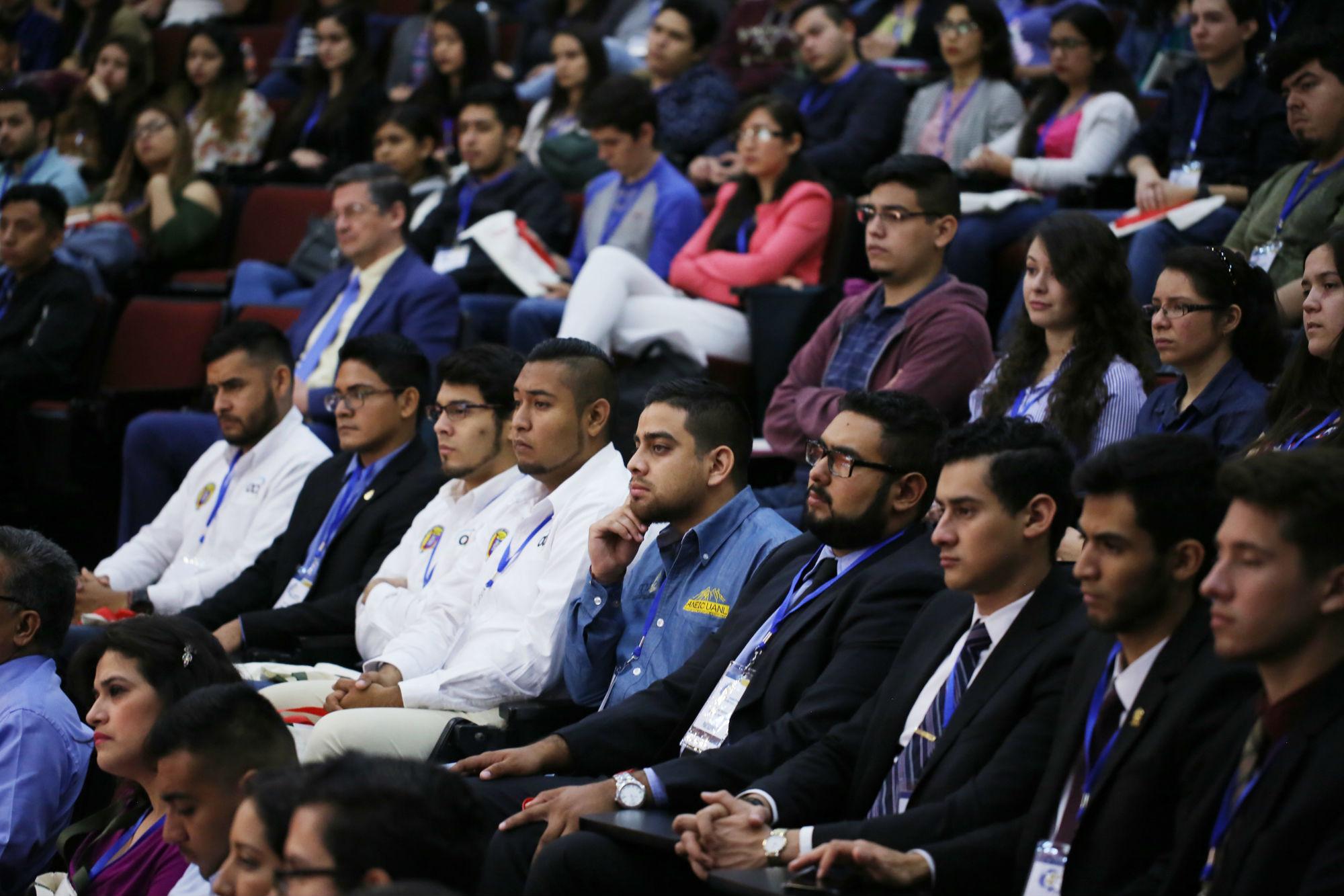 Jóvenes asistentes al encuentro de ingeniería
