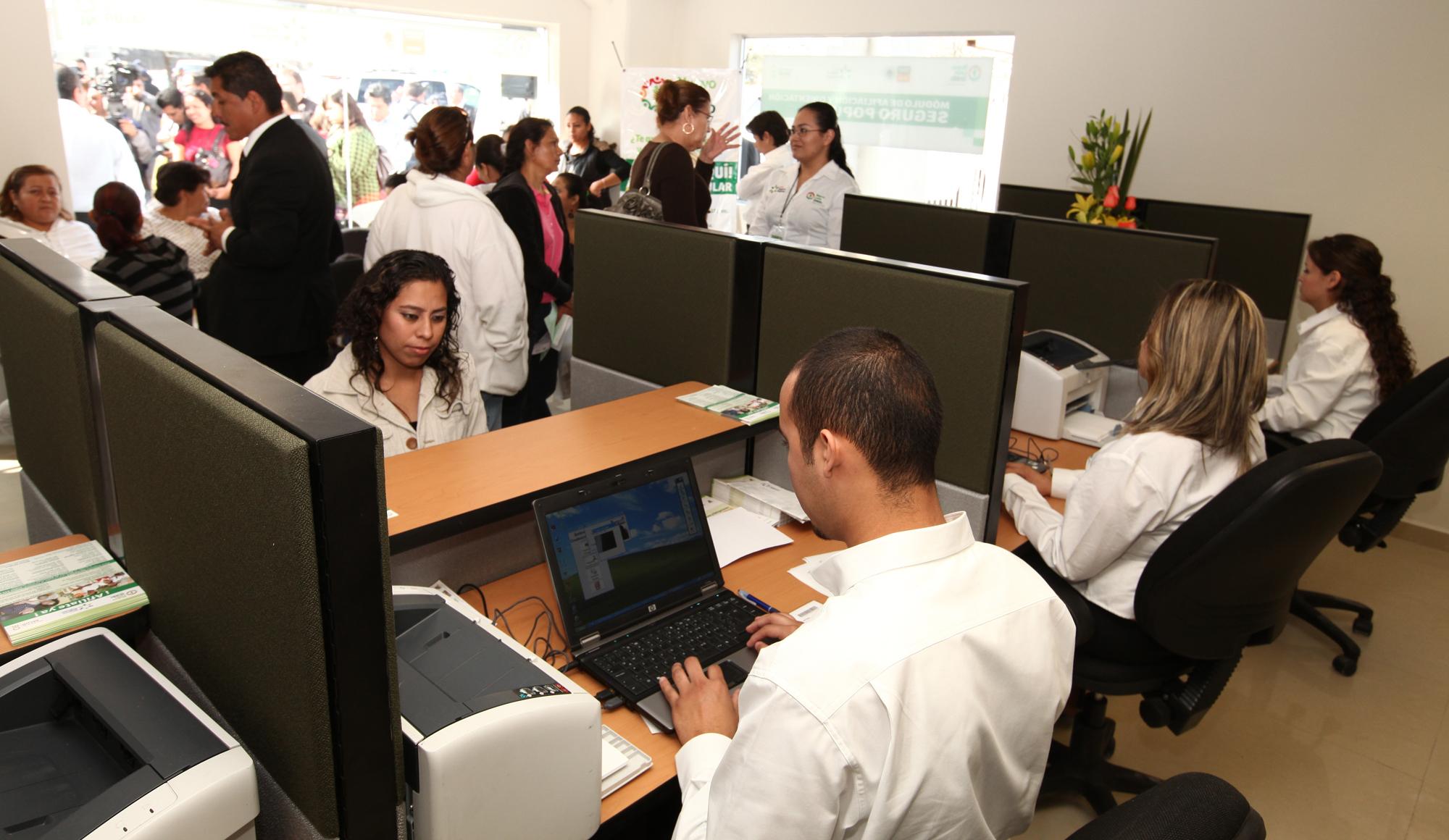 Inauguración del módulo del Seguro Popular en el Hospital Universitario