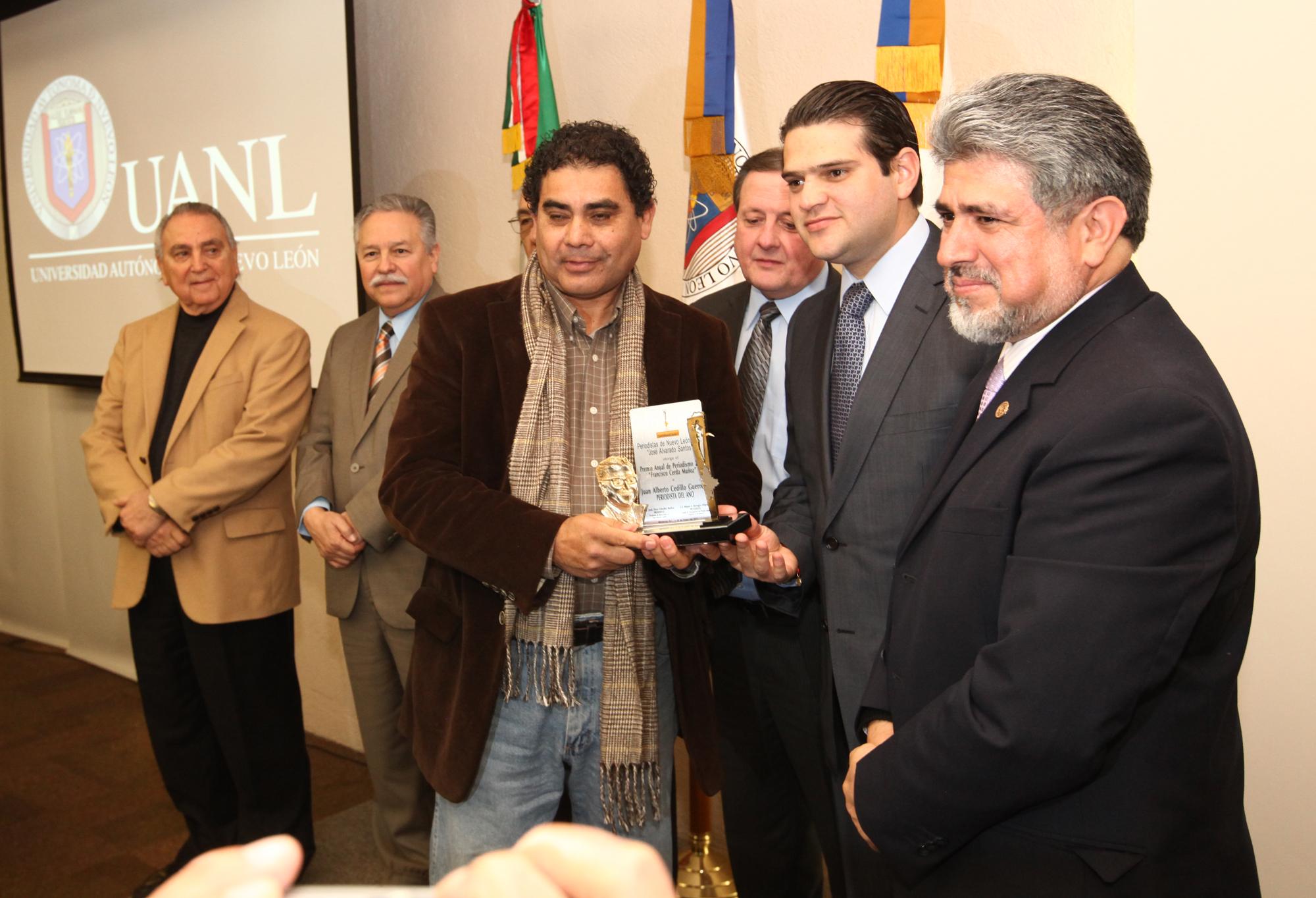 Juan Cedillo recibió el premio al Periodista del año