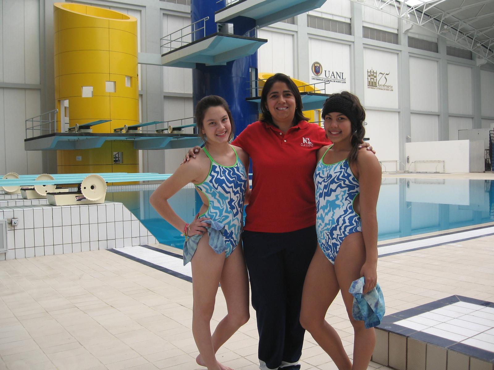 Mariana Mendiola y Daniela Díaz, clavadistas, y su entrenadora Rosa Valderrama
