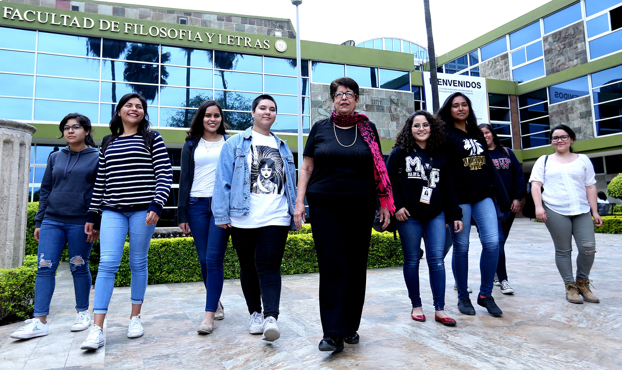Alumnas de la Facultad de Filosofía y Letras y la maestra Lídice Ramos Ruiz