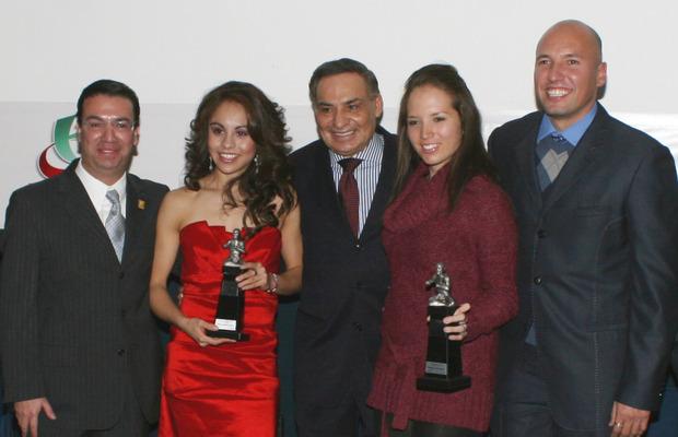 Reciben el Premio Luchador Olmeca