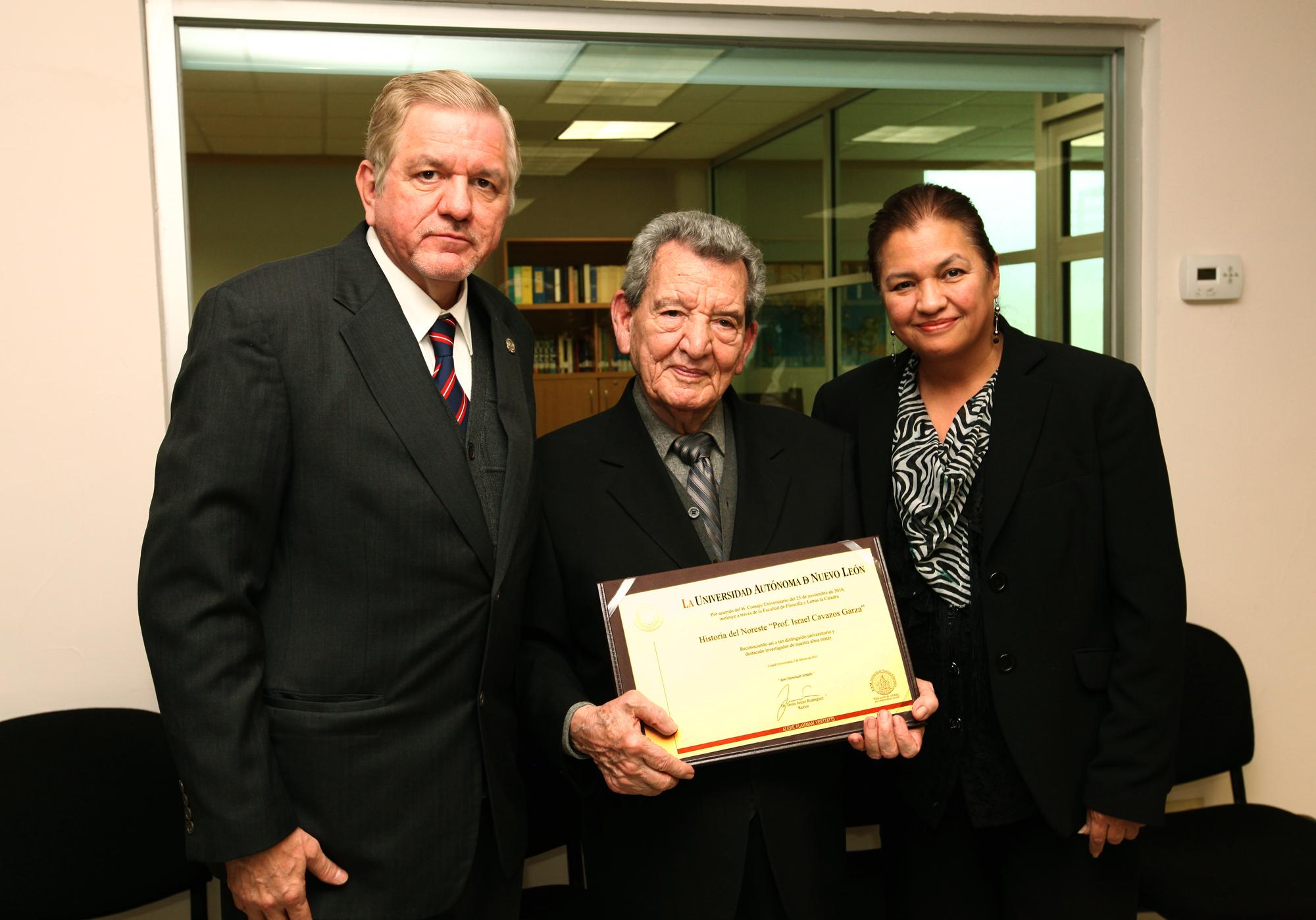 Entrega de reconocimiento al historiador Israel Cavazos Garza