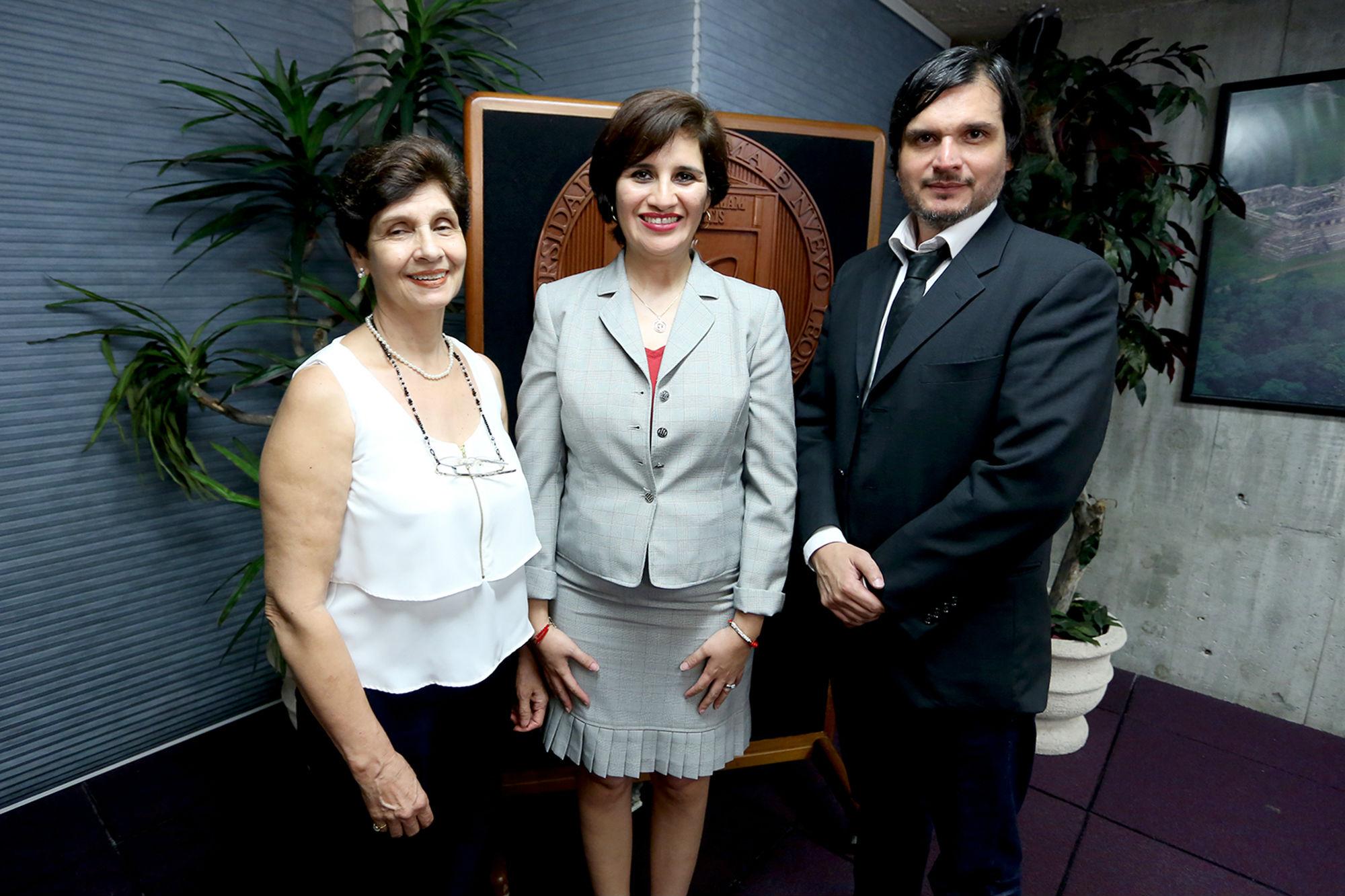 Los familiares del Dr. con Lucero Cavazos, Directora de Educación Digital de la UANL
