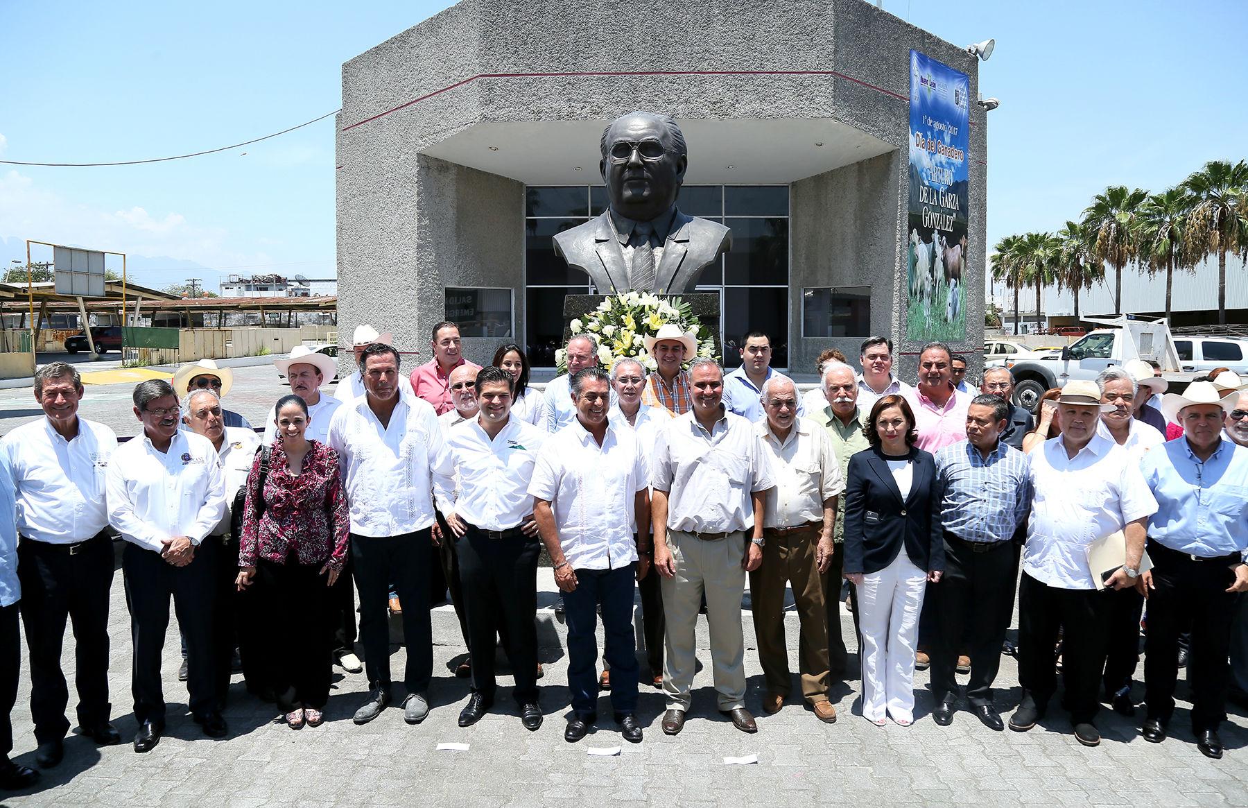 Se realizó una guardia de honor ante el busto de Arturo de la Garza González