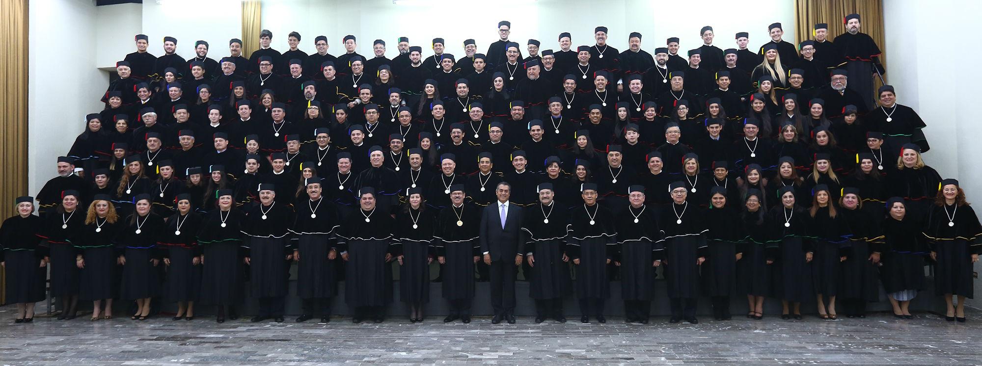 Directores de escuelas preparatorias y facultades, así como estudiantes en la fotografía oficial