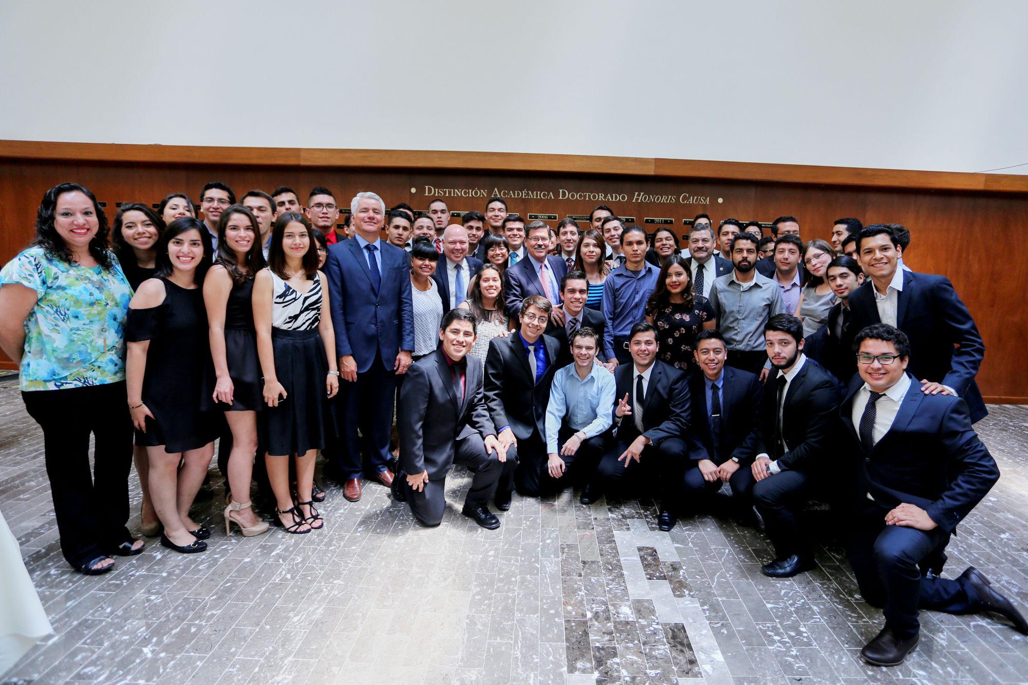 Estudiantes de la Facultad de Ingeniería Mecánica y Eléctrica