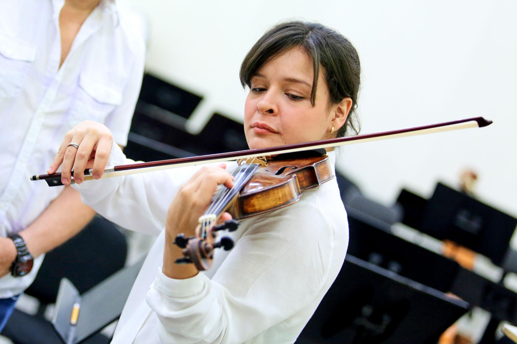 Es la primera vez que la violinista venezolana participa con la OSUANL