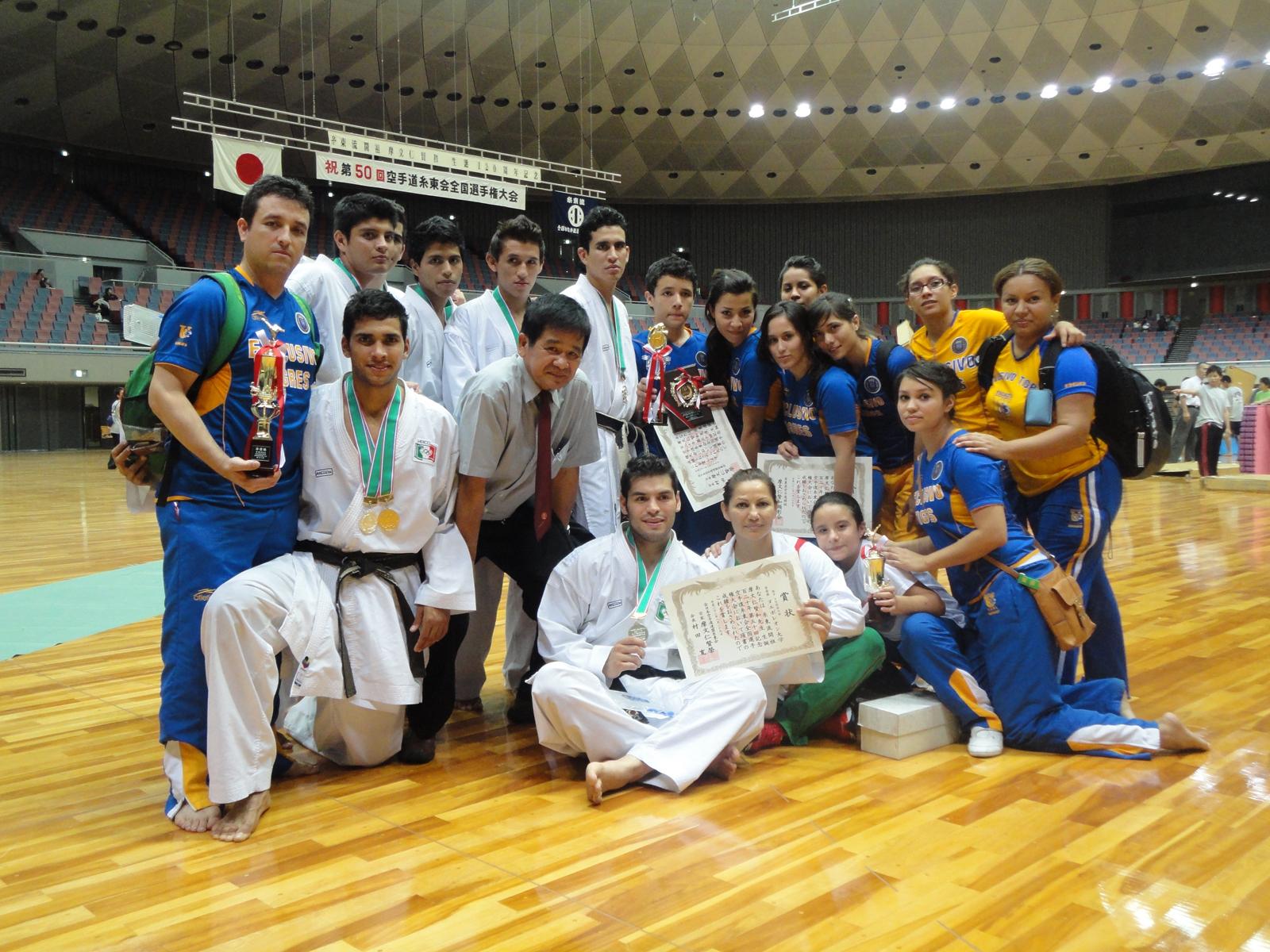 Equipo de karate de la UANL en un torneo en Japón