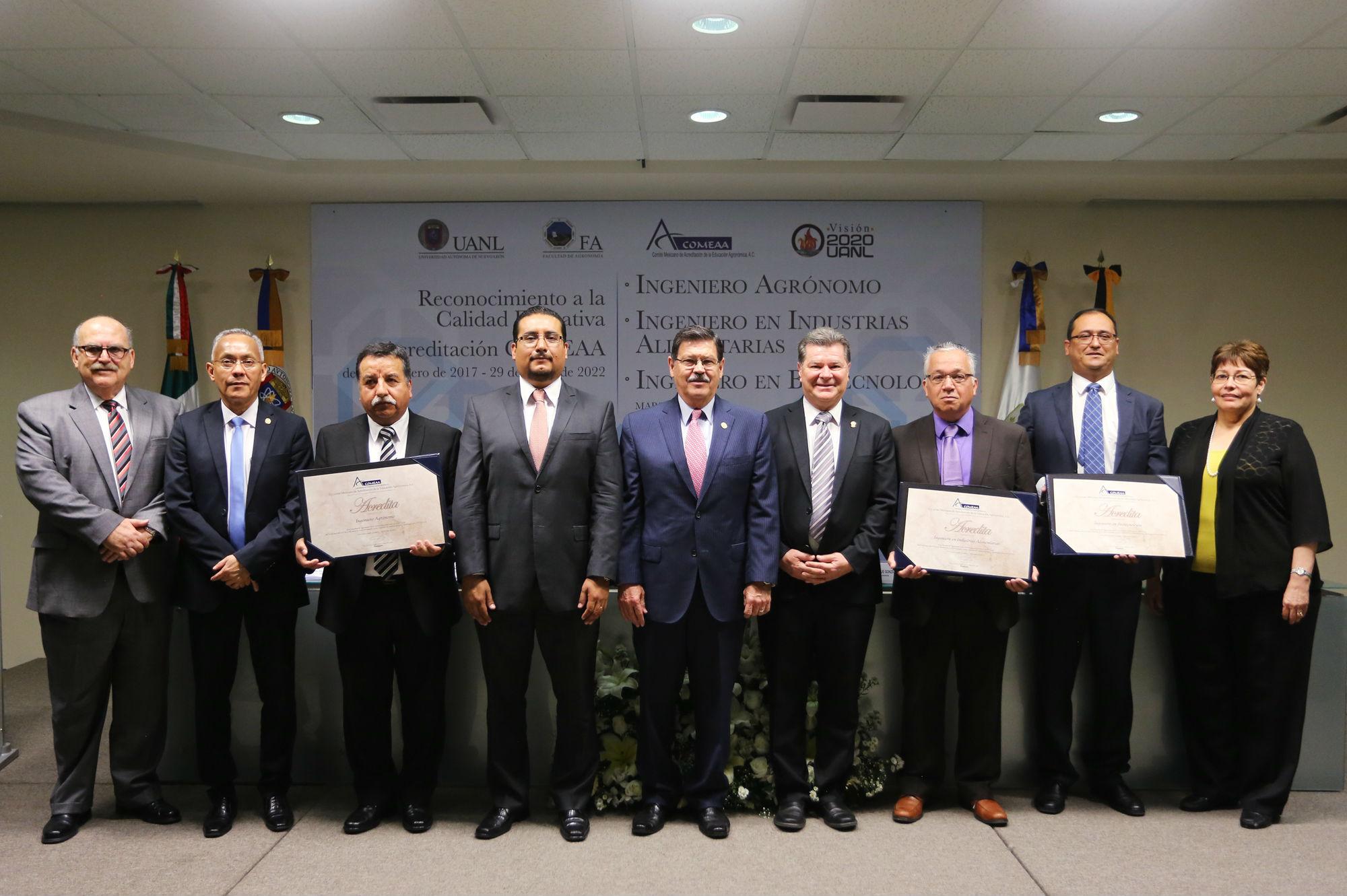 Fotografía grupal de la entrega de acreditaciones