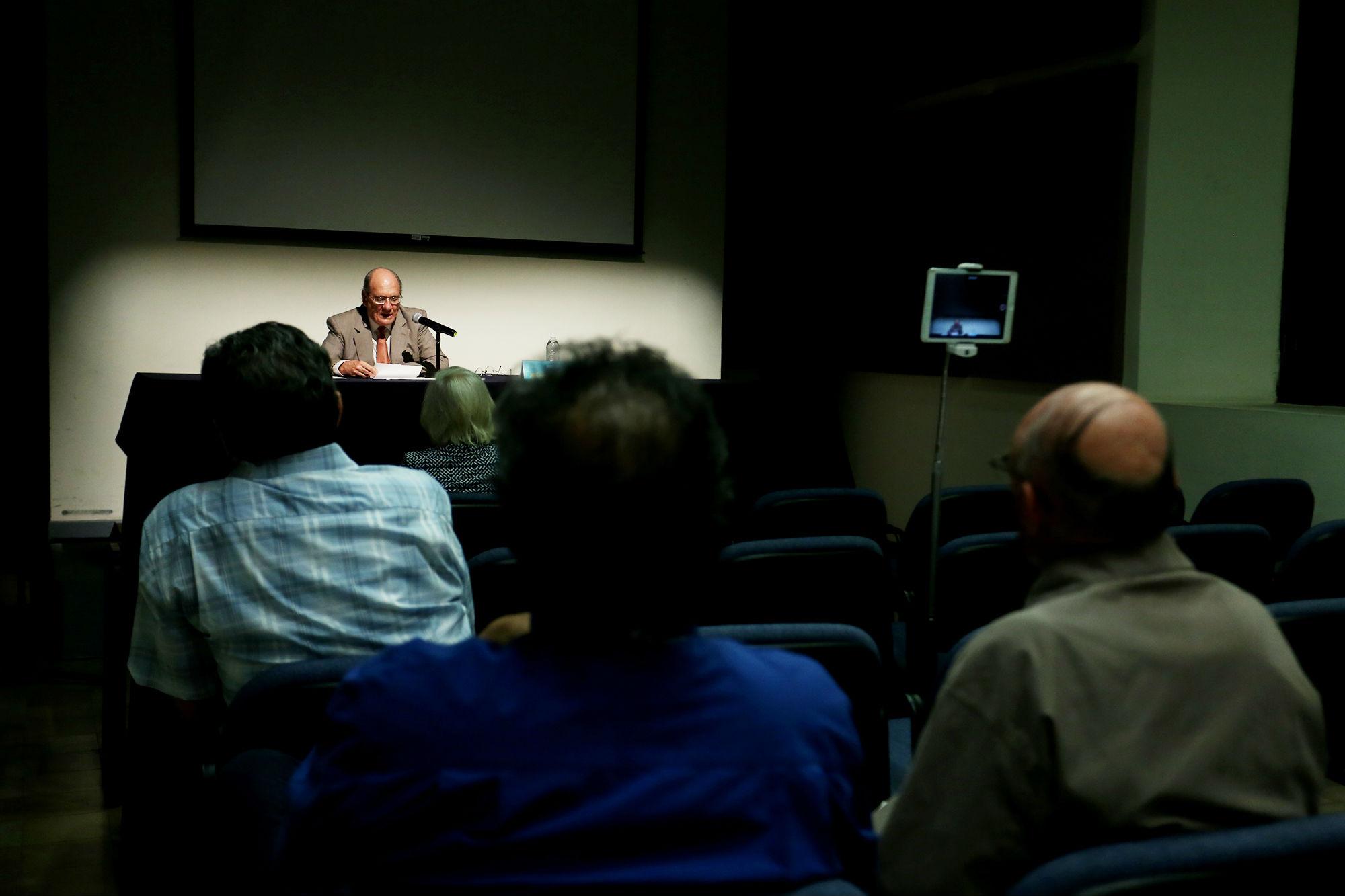 La conferencia se realizó en la sala Zertuche del Colegio Civil Centro Cultural Universitario