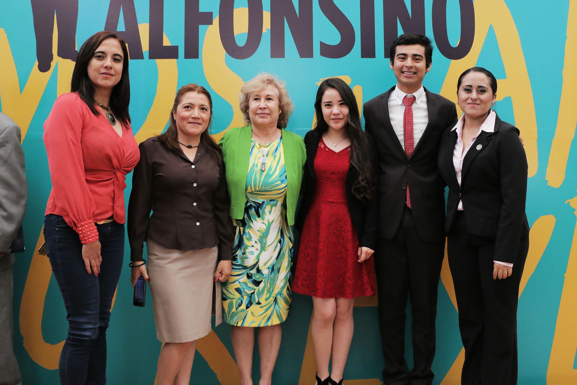Ganadores del nivel facultades con los miembros del jurado