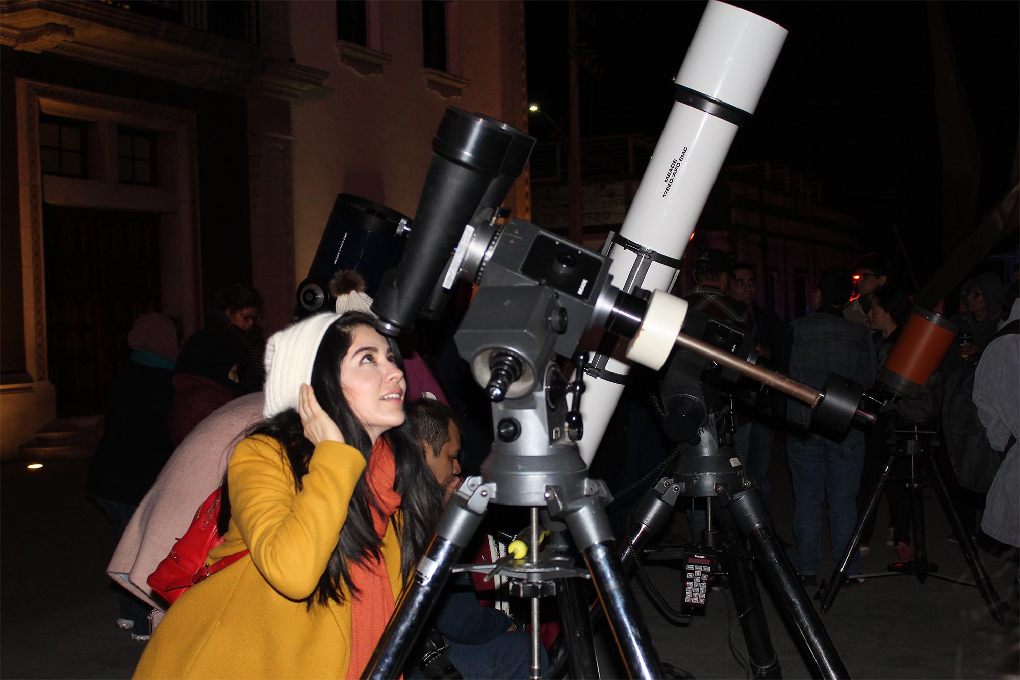 Disfrutan eclipse lunar en la UANL