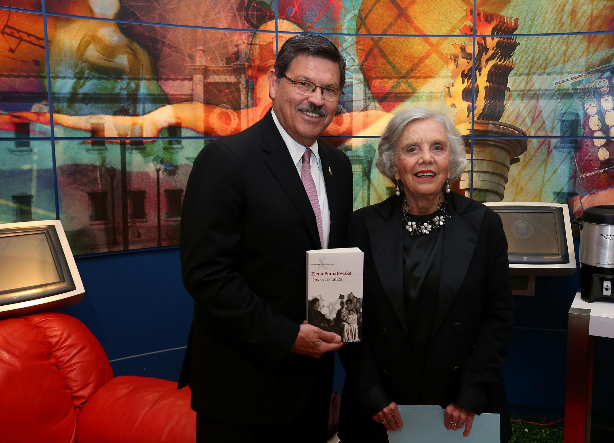 Elena Poniatowska le obsequió al rector un ejemplar de su más reciente novela