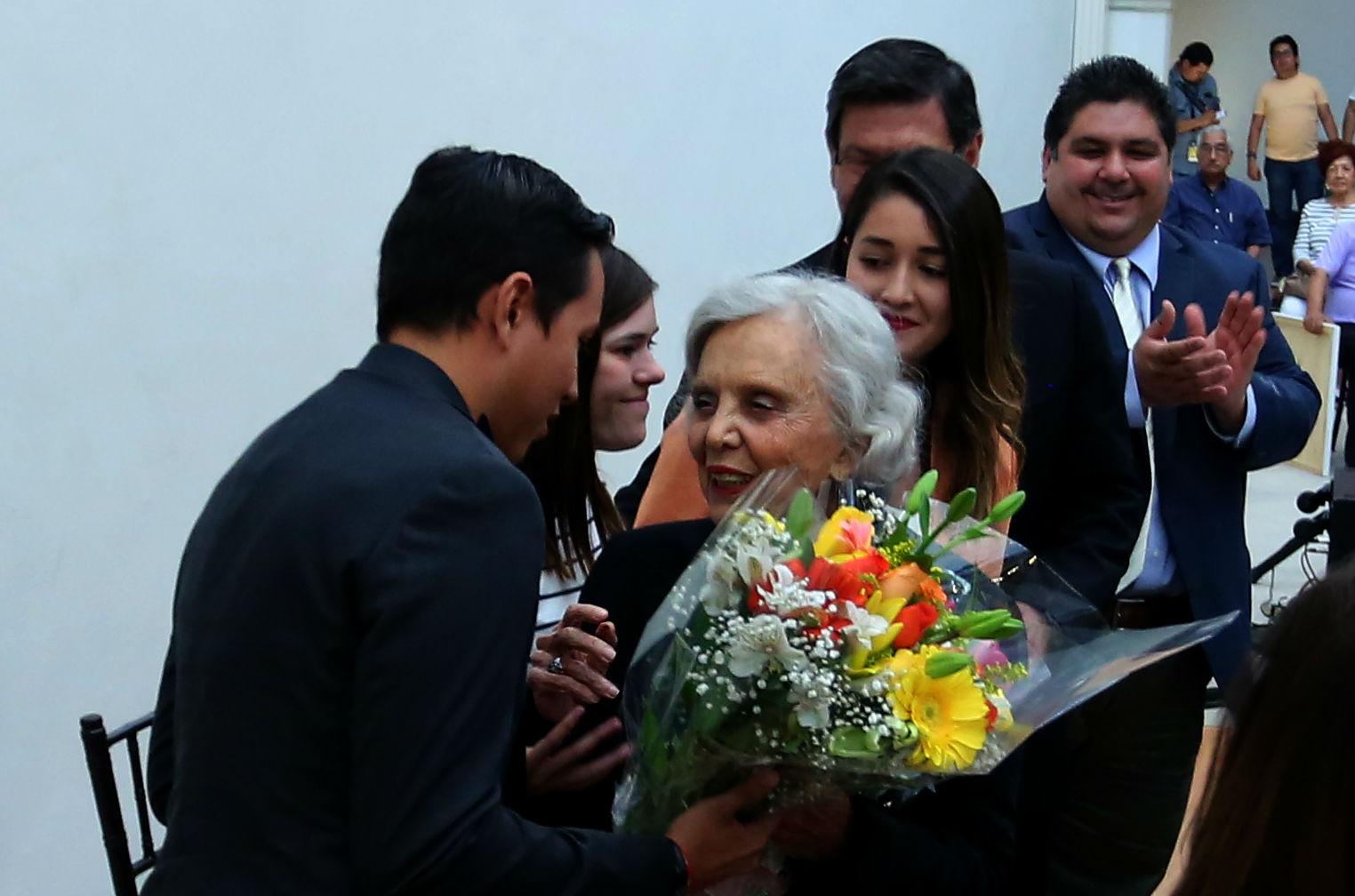 Con motivo de su reciente cumpleaños, estudiantes le regalaron un arreglo floral