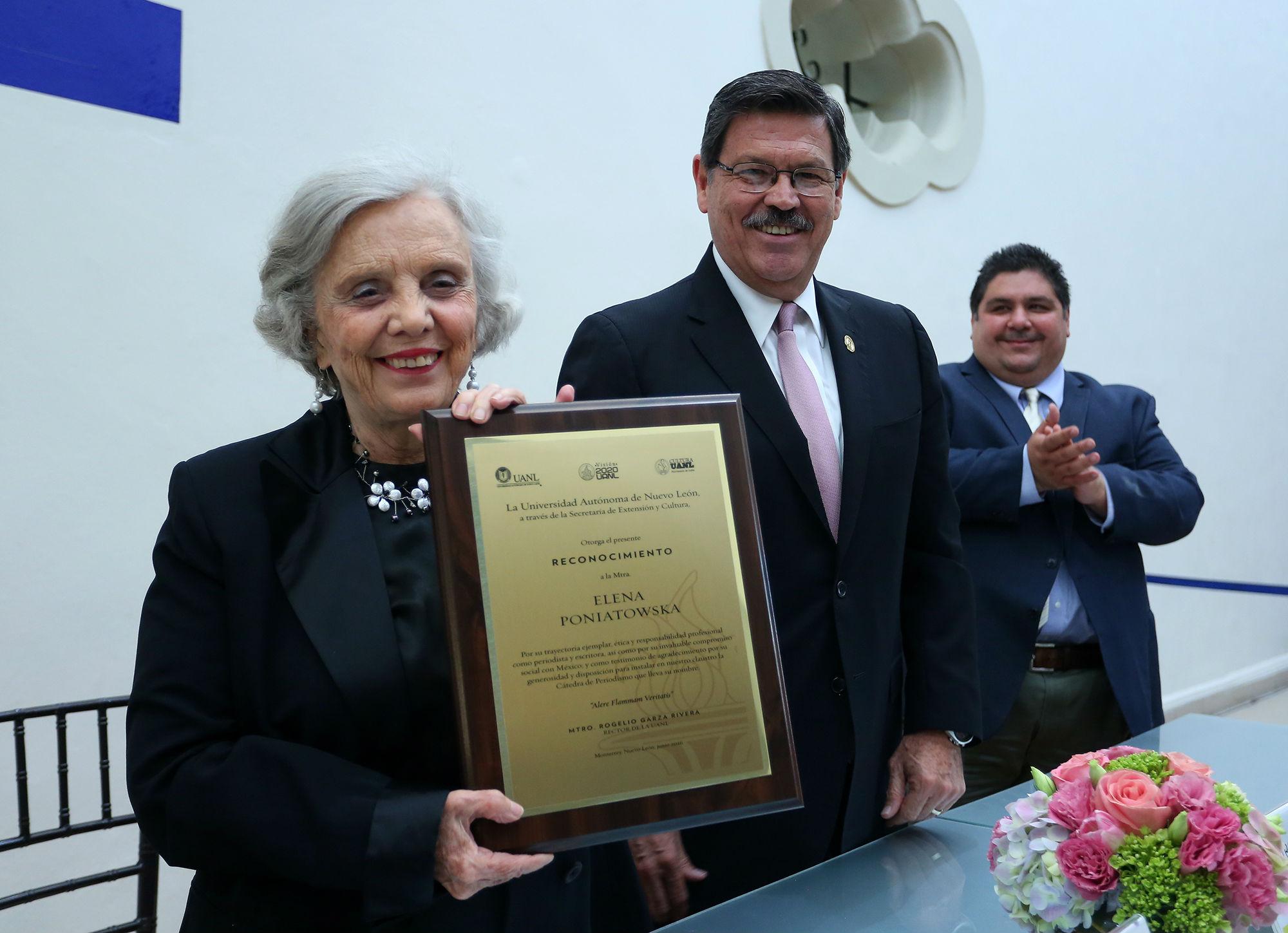 Elena Poniatowska con el reconocimiento por aceptar la instalación de la cátedra que lleva su nombre