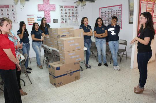 Alumnos  preparatoria 2 en las oficinas de CruzRosa